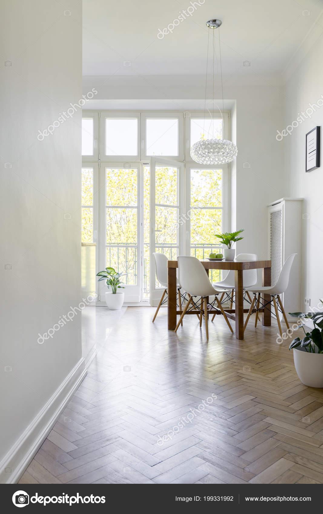 Houten Witte Eetkamerstoelen.Witte Stoelen Aan Houten Tafel Ruime Eetkamer Interieur Met Venster