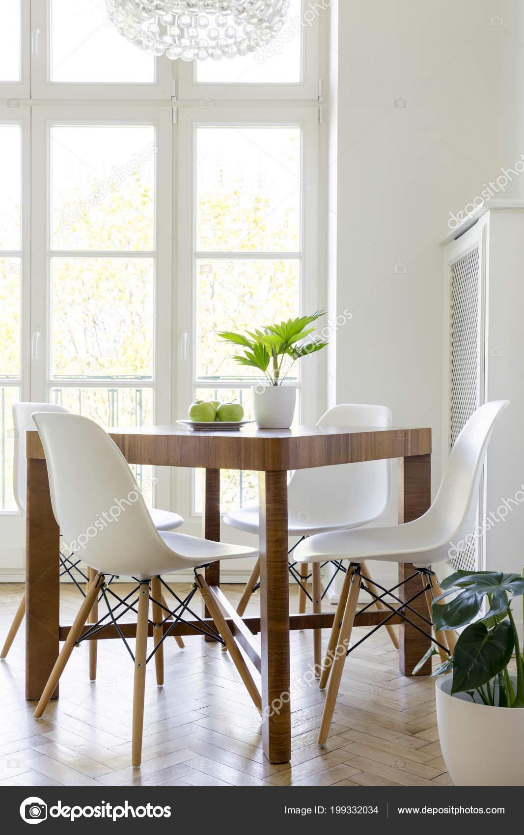 Houten Tafel Met Witte Stoelen.Witte Interieur Plant Stoelen Tafel Houten Eetkamer Aan Met Minimale