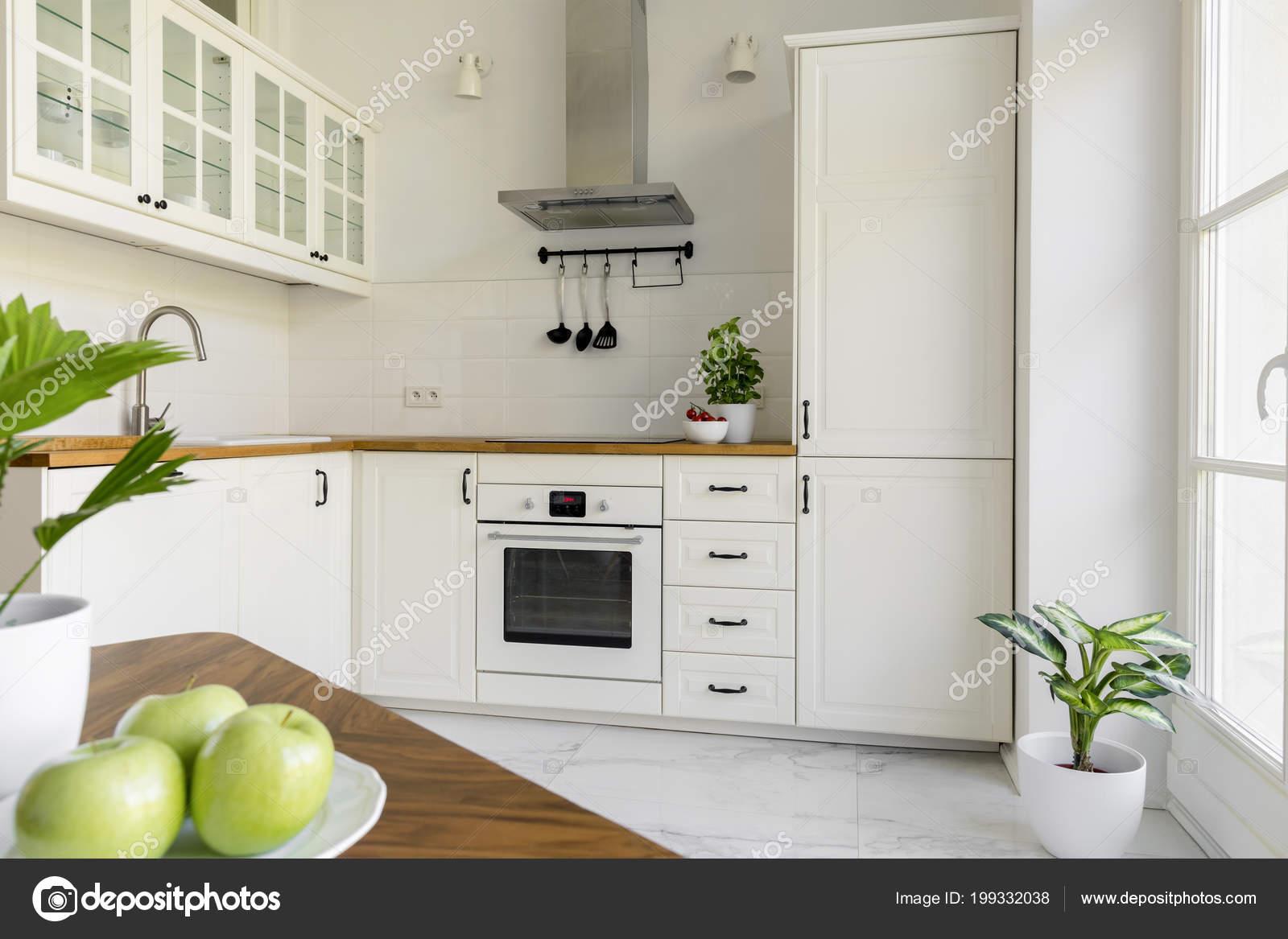 Van Boven Keukens : Plant witte minimale keuken interieur met zilveren afzuigkap boven