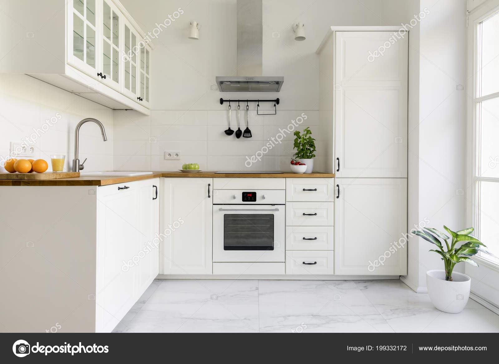 Campana blanca madera campana plata interior m nima - Cocina blanca encimera madera ...