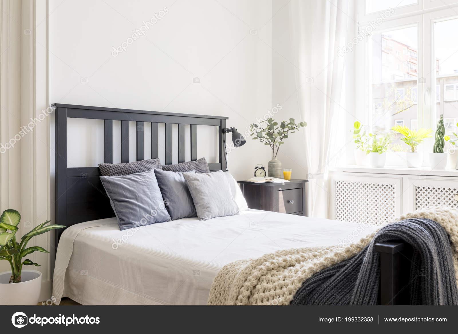 Letto Con Testiera Porta Cuscini : Cuscini una coperta sul letto con testiera nero interno camera