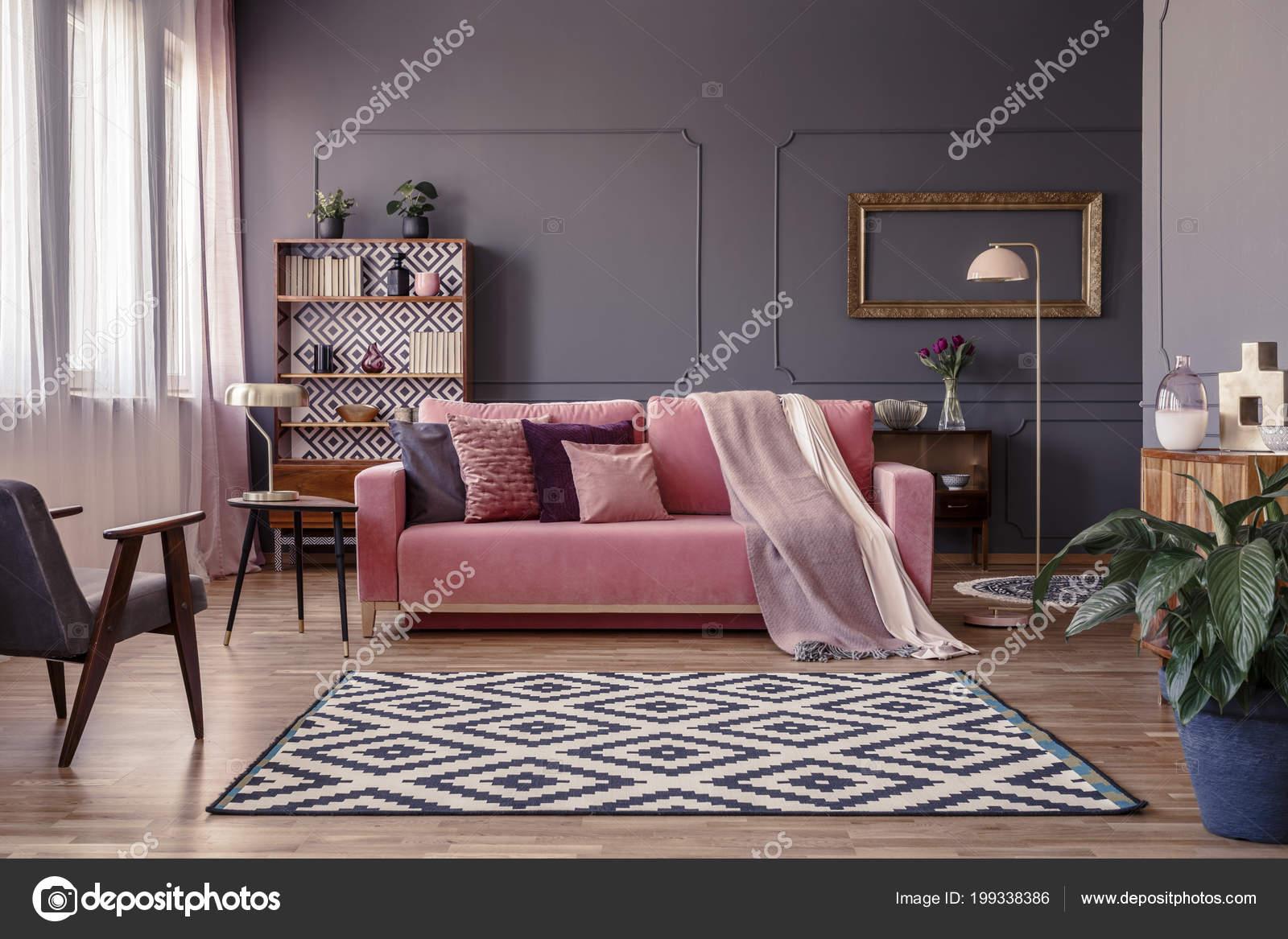 Rosa Sofa Mit Zwei Decken Und Kissen Wohnzimmer Interieur Mit ...
