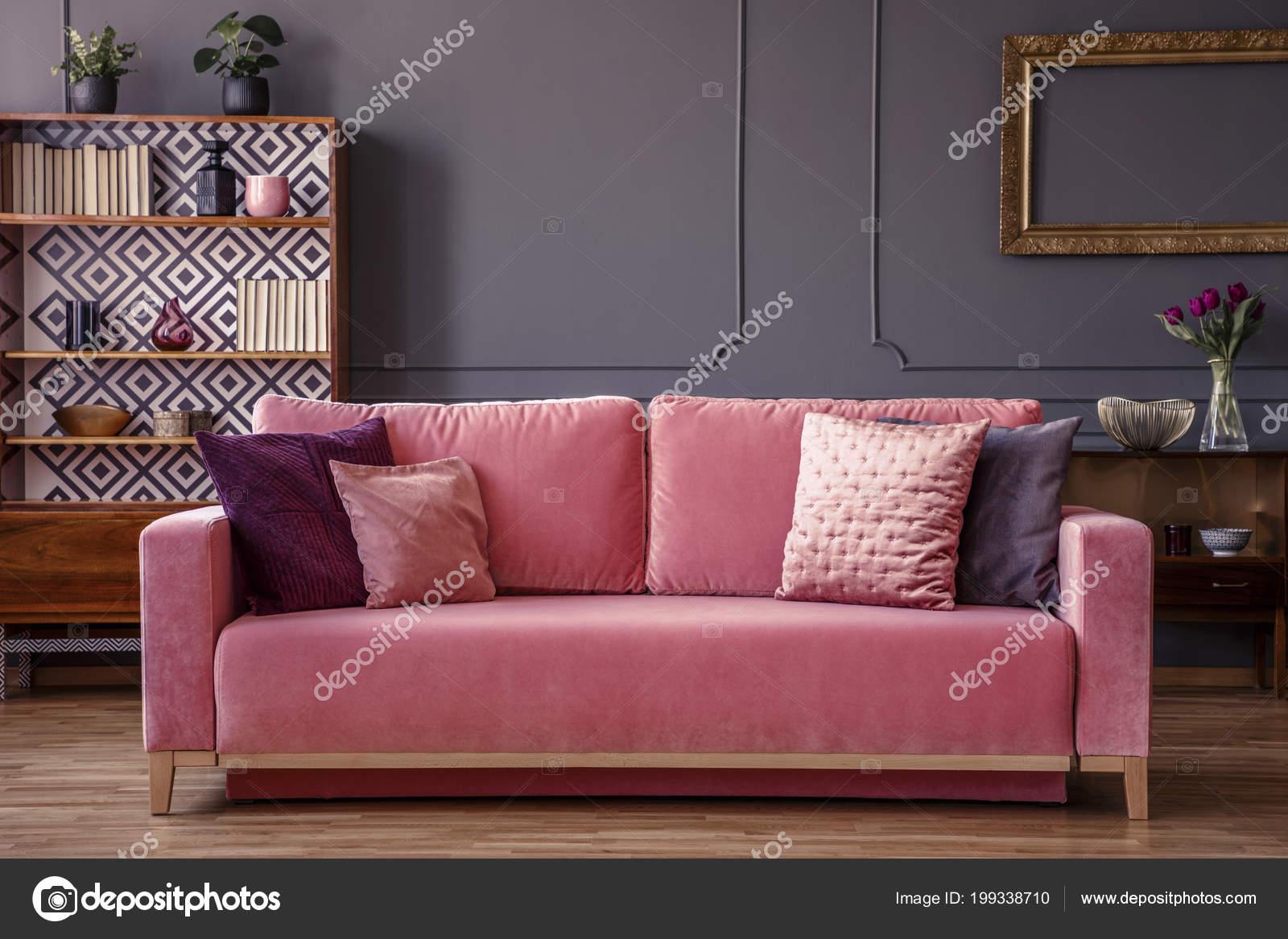 Rosa Samt Couch Mit Dekorativen Kissen Grau Wohnzimmer Interieur Mit ...