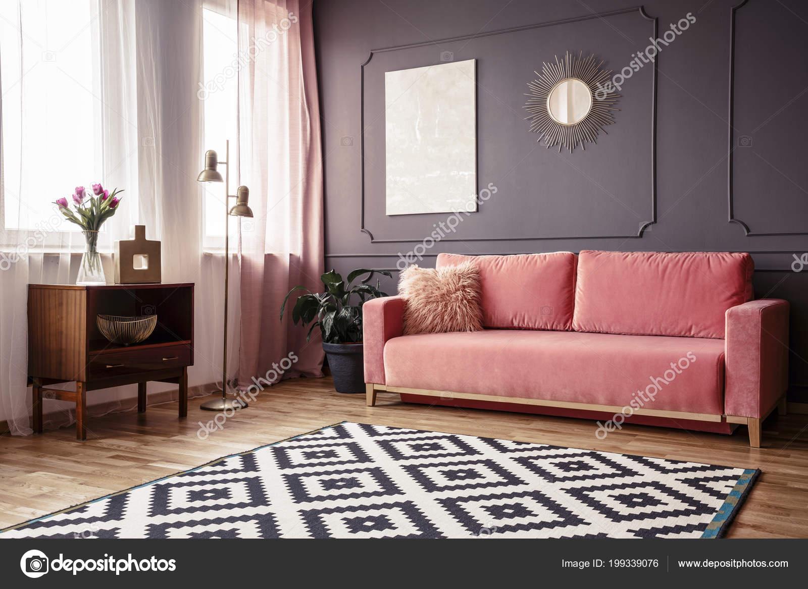 Divano Rosa Cipria : Angolo laterale interiore del salone con divano rosa cipria