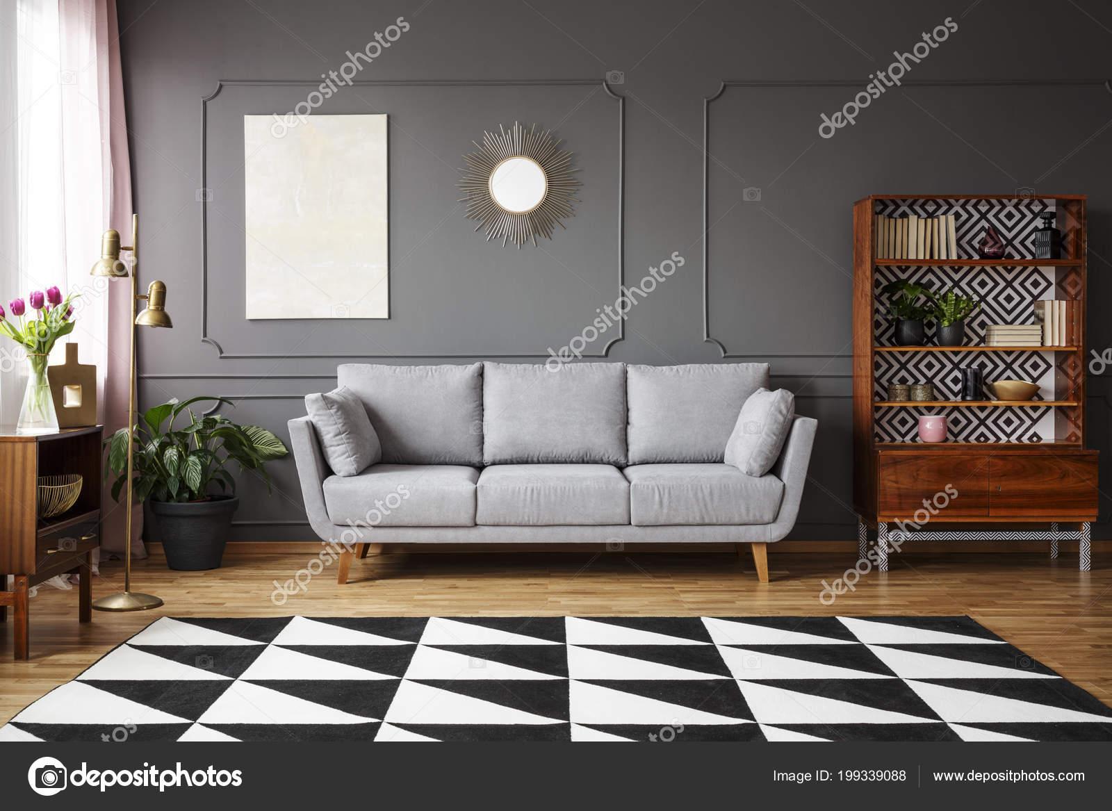 zwart wit tapijt met geometrische patroon vloer donkere woonkamer interieur stockfoto
