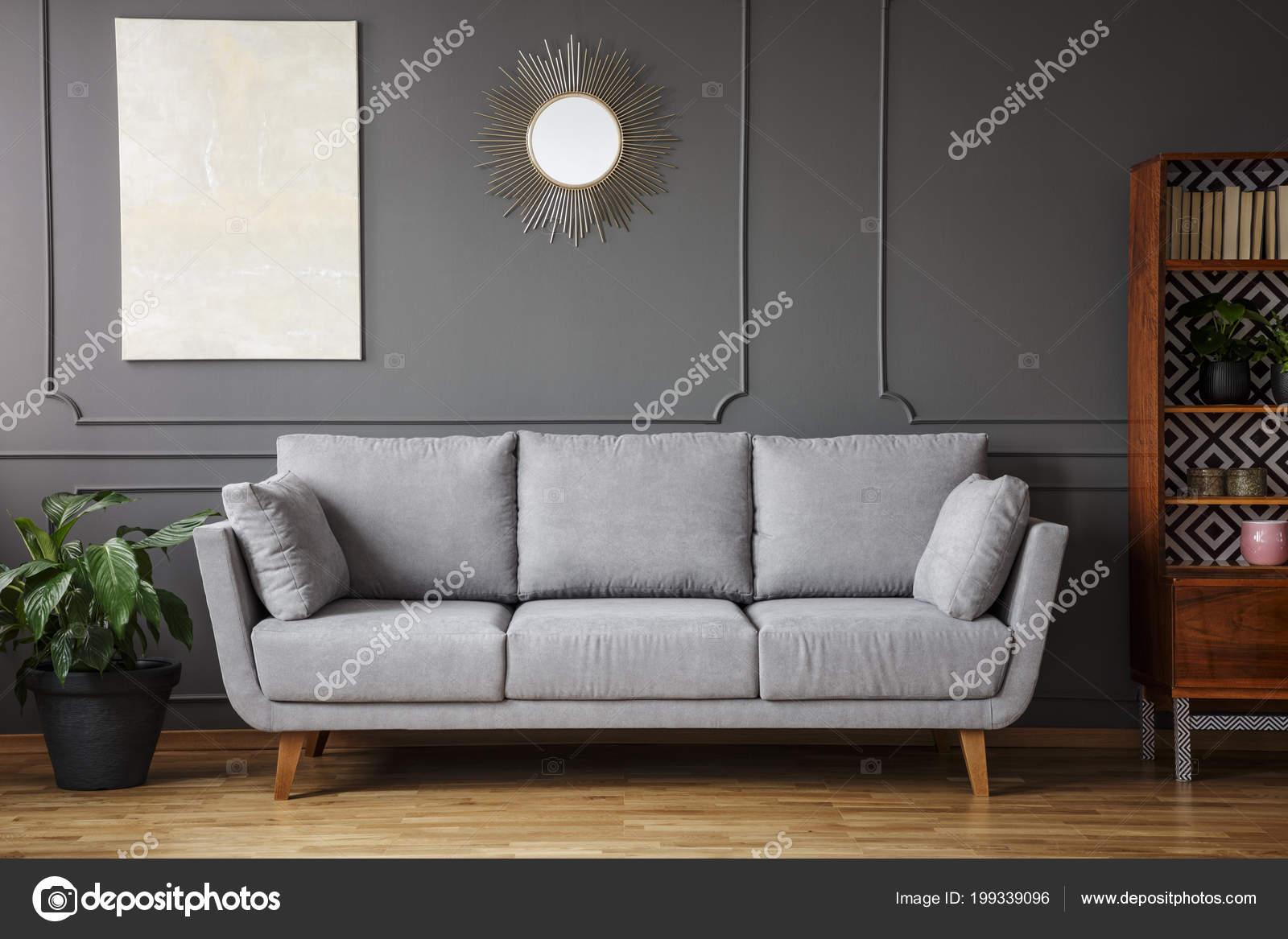 Elegantes Sofa Zwischen Einer Pflanze Und Einem Hölzernen Schrank ...
