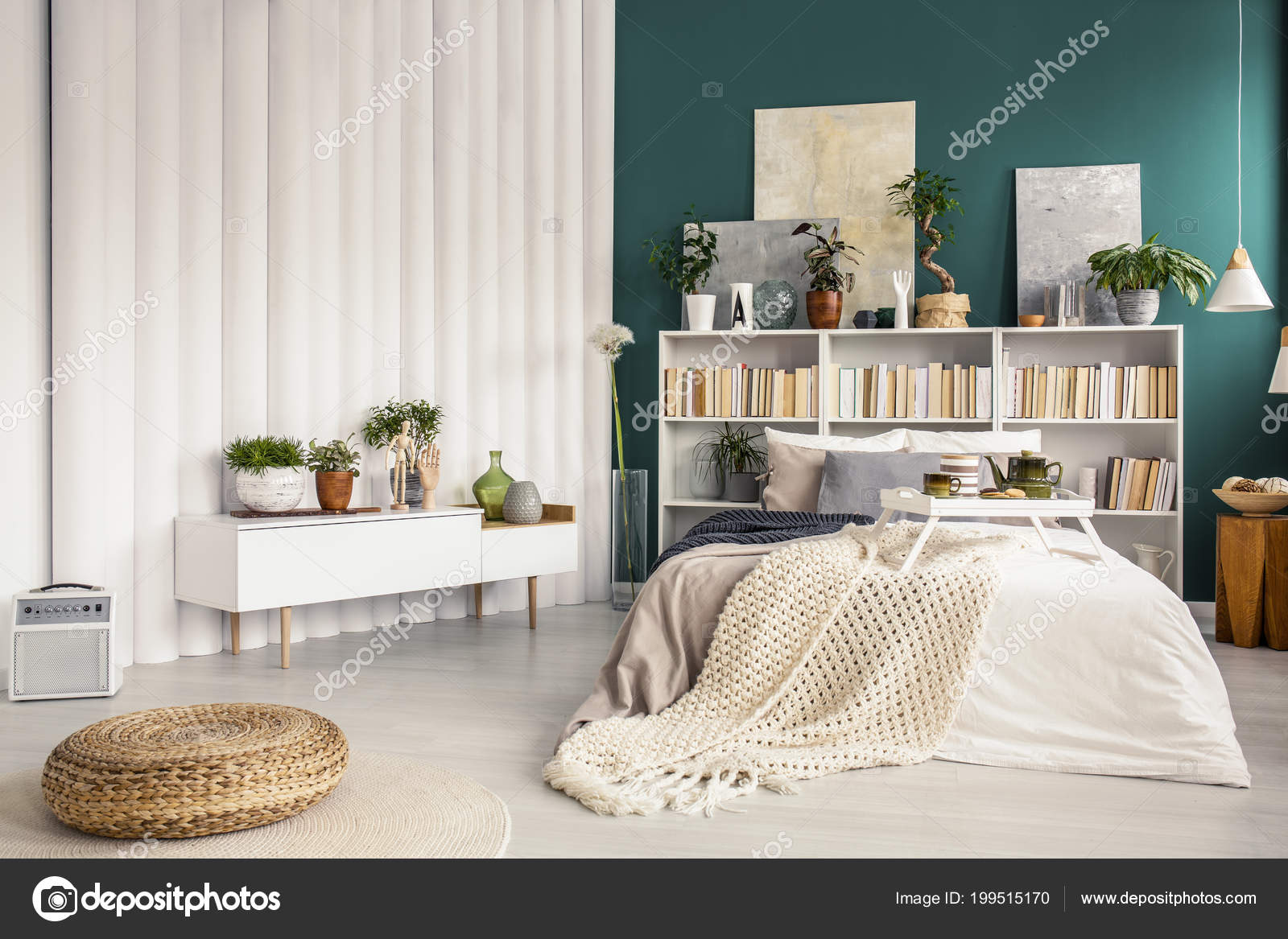 Witte Slaapkamer Meubels : Moderne slaapkamer interieur met turquoise groene muur potplanten