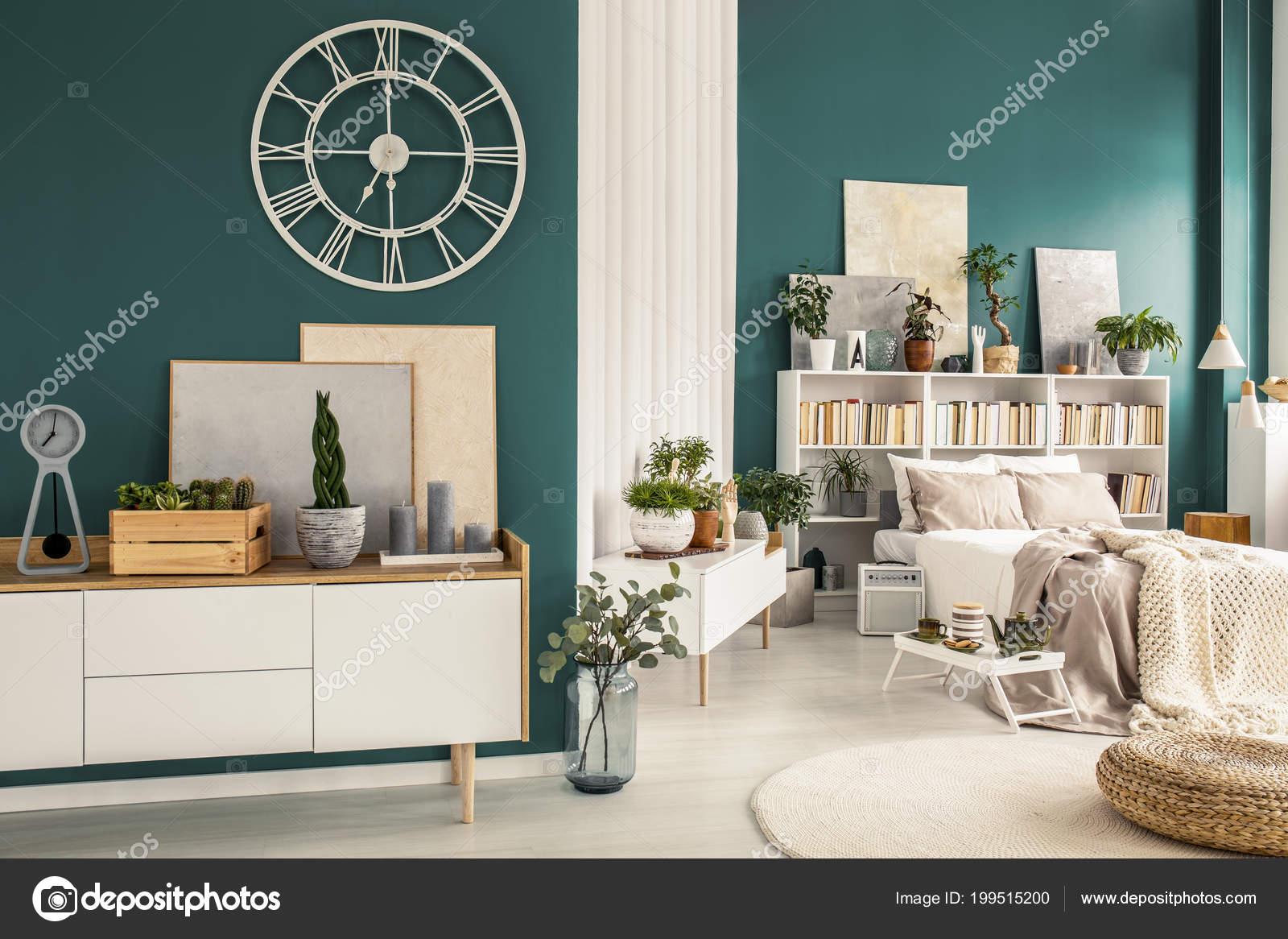 Moderne studio appartement interieur met gezellige slaapkamer