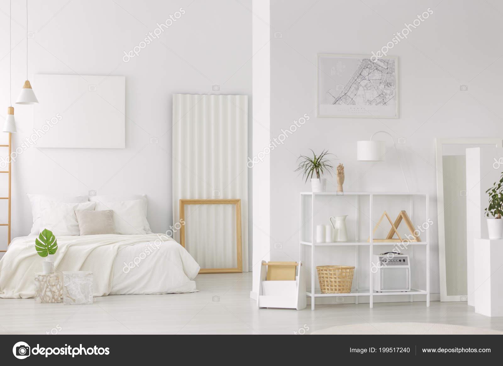 Grünes Blatt Vor Der Bett Neben Einem Holzrahmen Innen ...