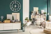 Fotografie Moderní studio bytový interiér s útulnou ložnici, bílý dřevěný nábytek, designové dekorace a rostliny