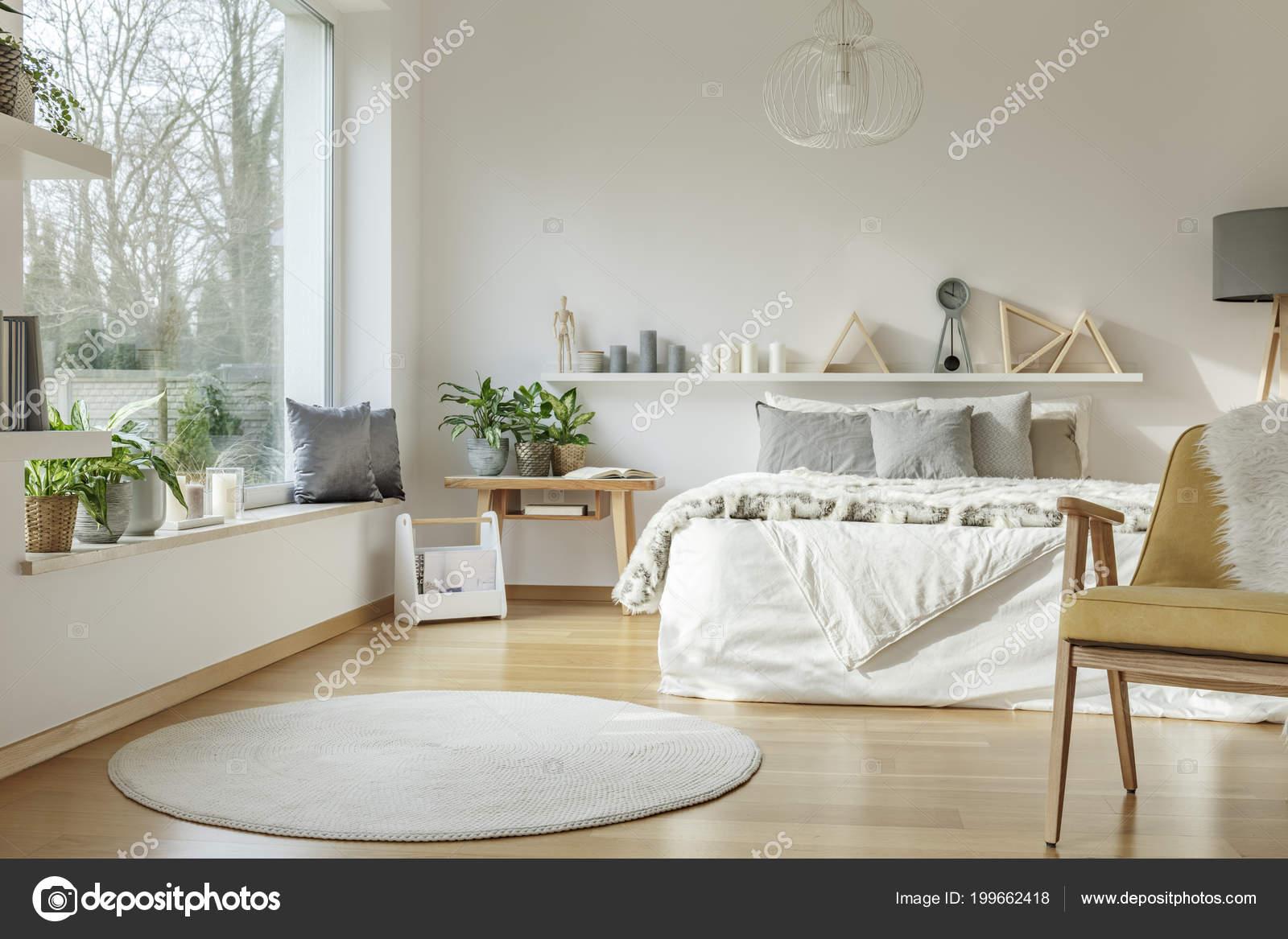 Weisse Runde Teppich Und Gelbe Holz Sessel Hellen Schlafzimmer