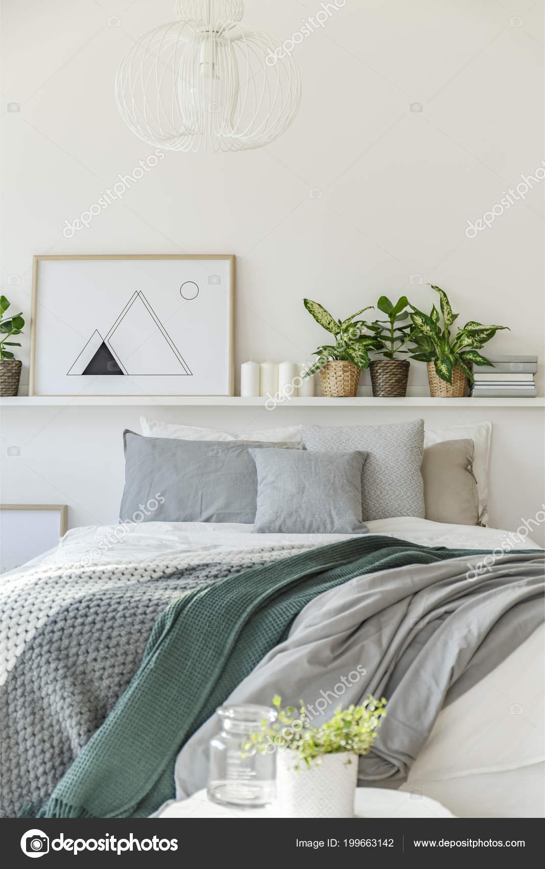 Graue Und Grüne Decke Auf Bett Gegen Die Wand Mit — Stockfoto ...