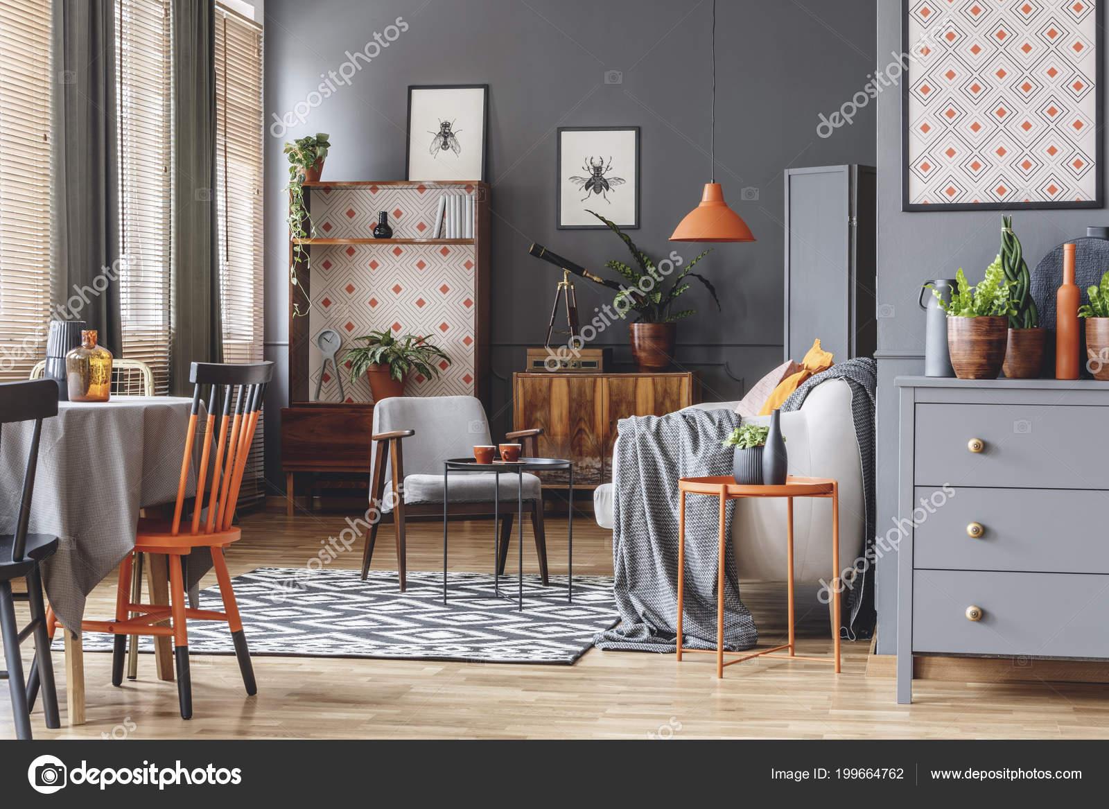 oranje lamp boven beige sofa grijs open ruimte interieur met stockfoto