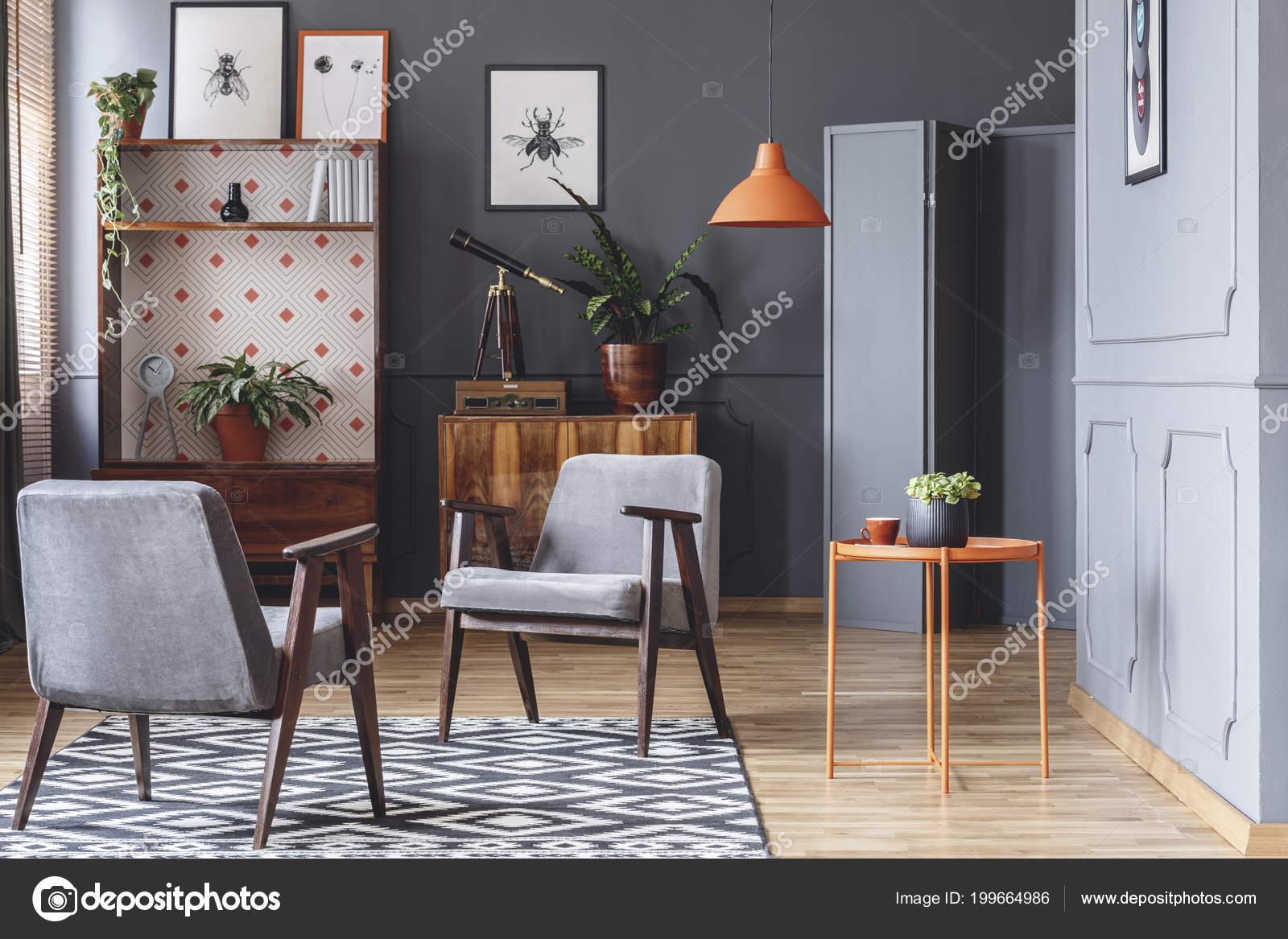 Turbo Zwei Sessel Orange Couchtisch Pflanzen Holz Schränke Und Graue PP58
