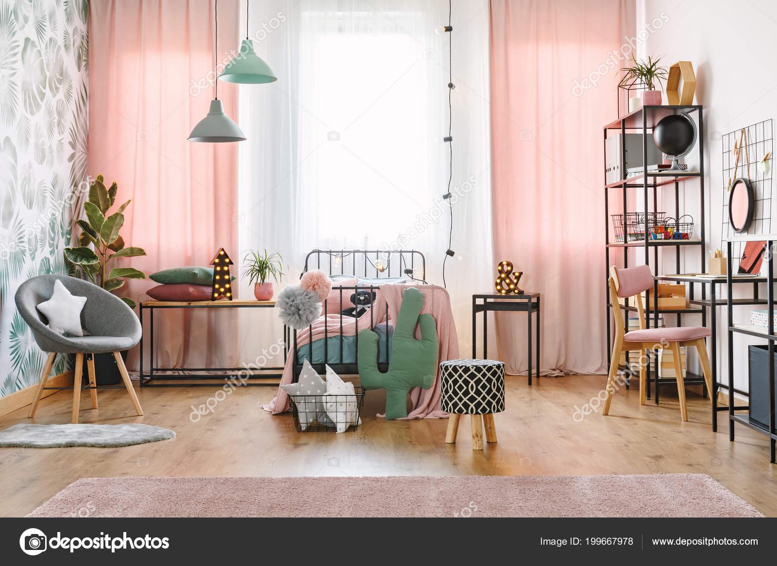 Groot raam met roze gordijnen pompoms ster cactus kussens een