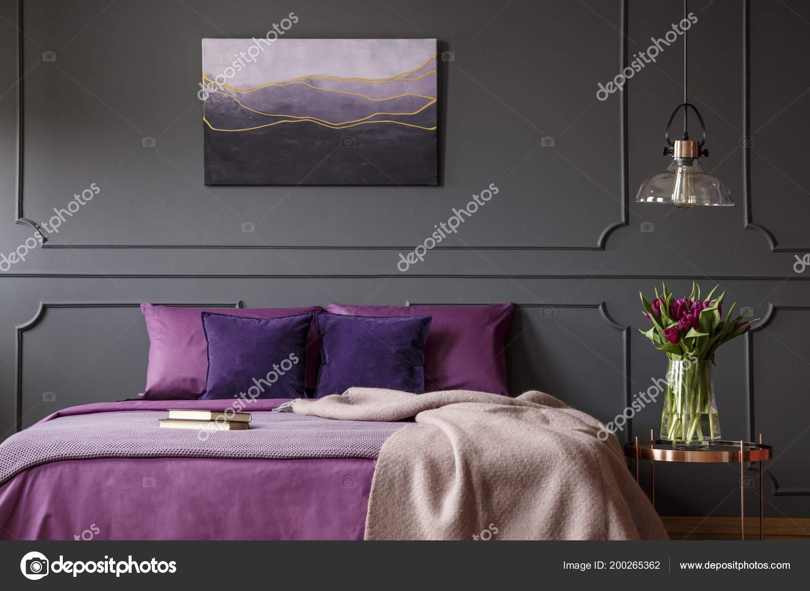 Decke Auf Lila Bett Neben Tisch Mit Blumen Schlafzimmer Innenraum ...