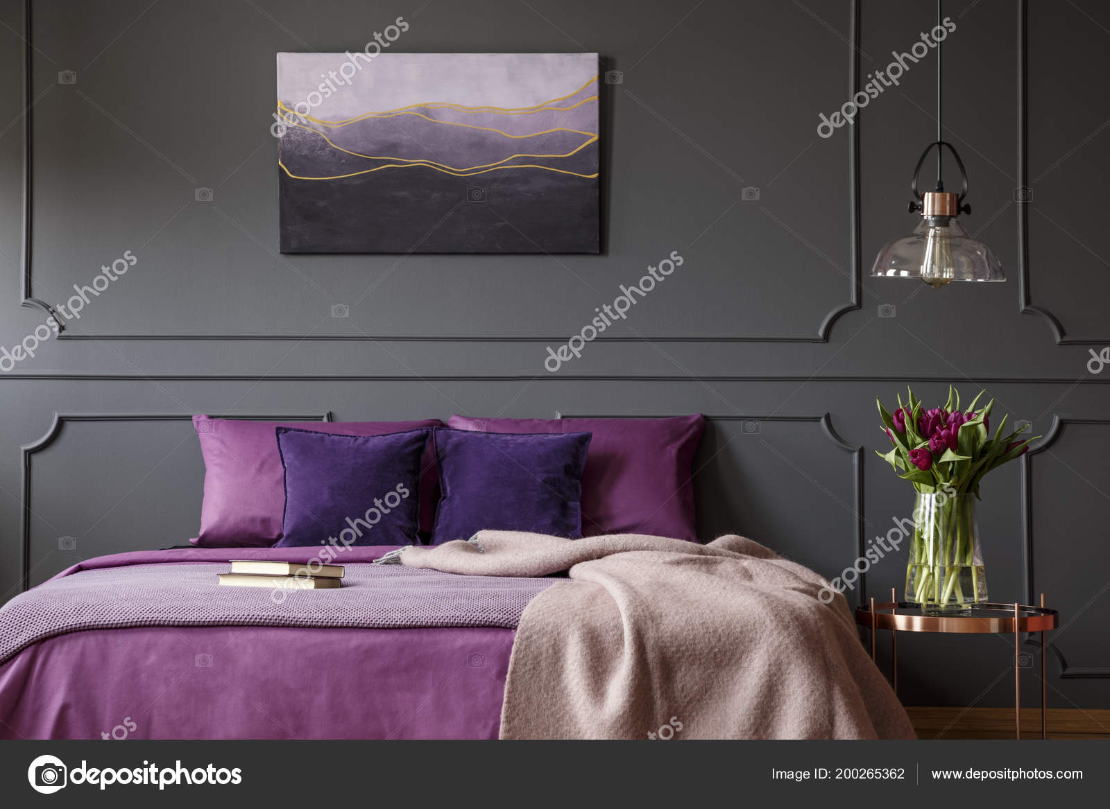Paarse Accessoires Slaapkamer : Deken paarse bed naast tabel met bloemen slaapkamer interieur met