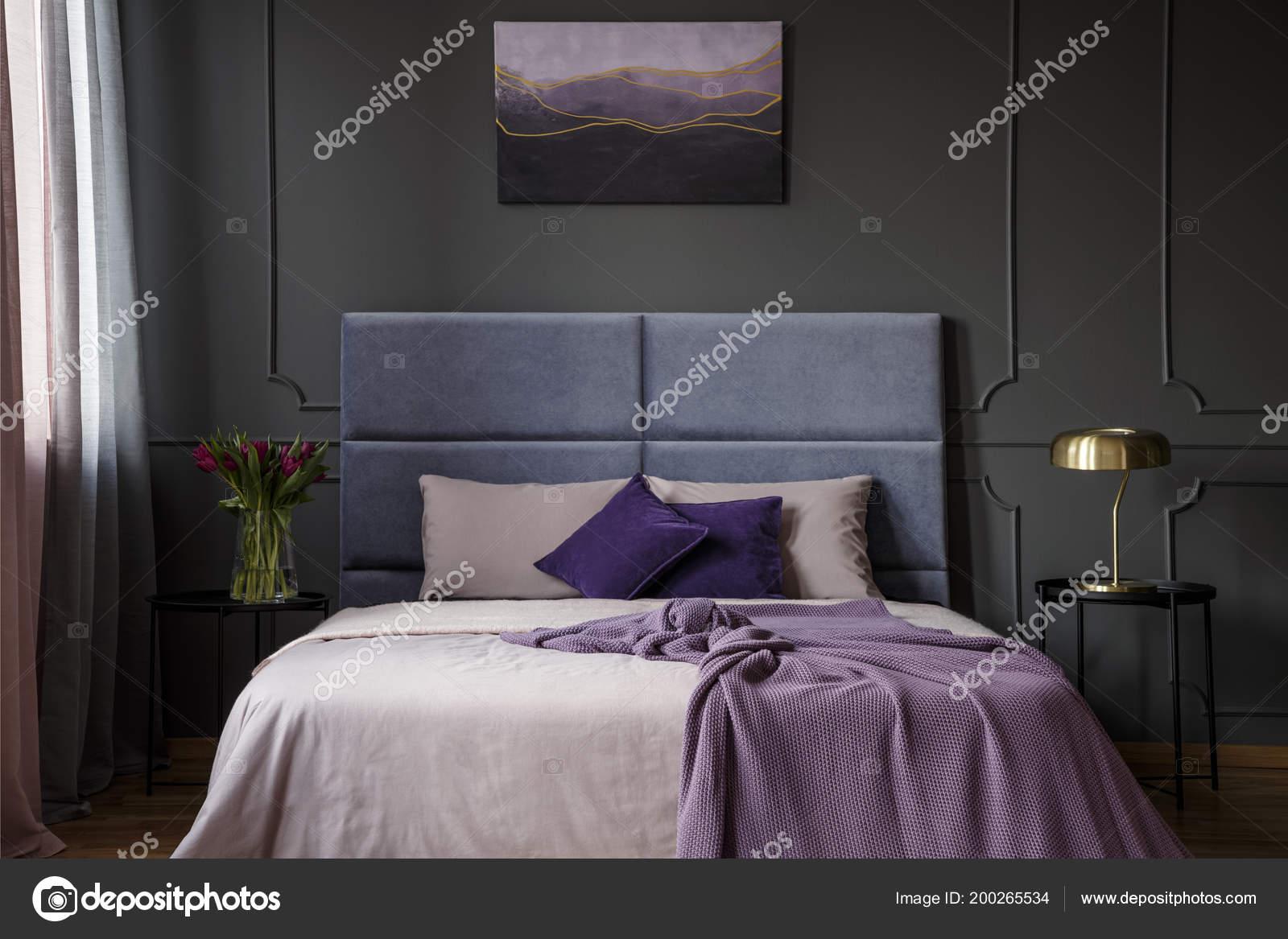 Paarse Slaapkamer Lamp : Gouden lamp tafel naast bed violet hotel slaapkamer interieur met