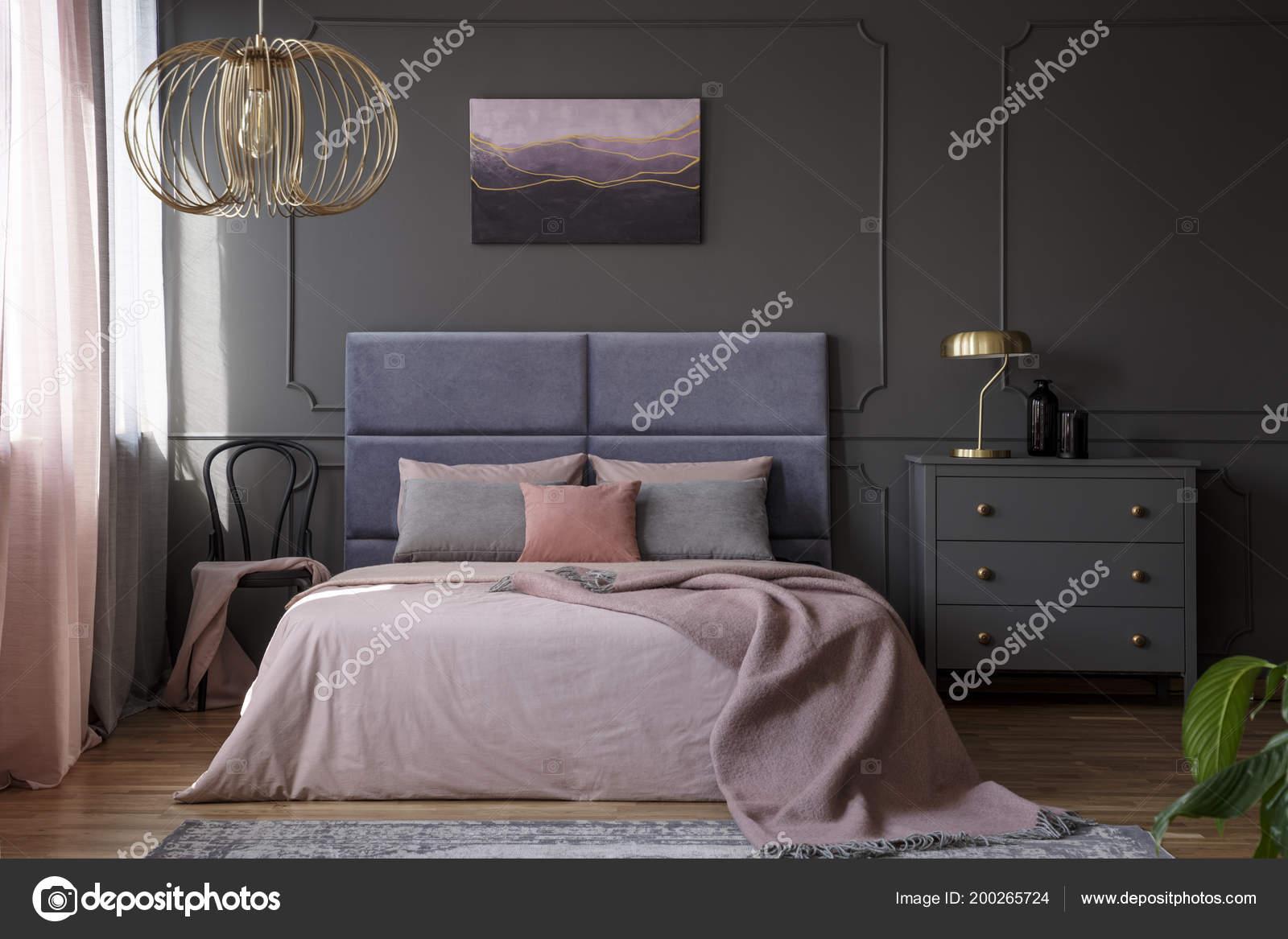 Złota Lampa Szara Szafka Obok Różowe łóżko Eleganckich