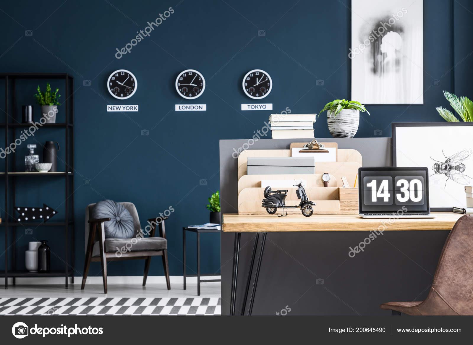Scrivania Angolo Computer : Moto modello posizionato sulla scrivania angolo studio con