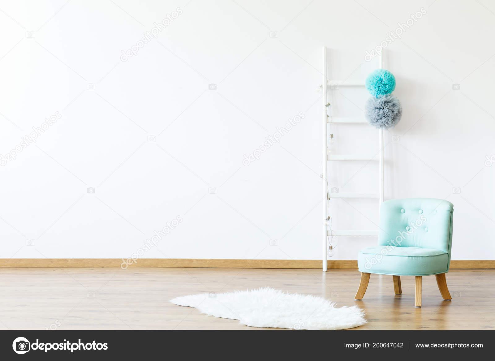 Piel Blanca Junto Azul Silla Interior Cuarto Niño Vacío Con — Foto ...