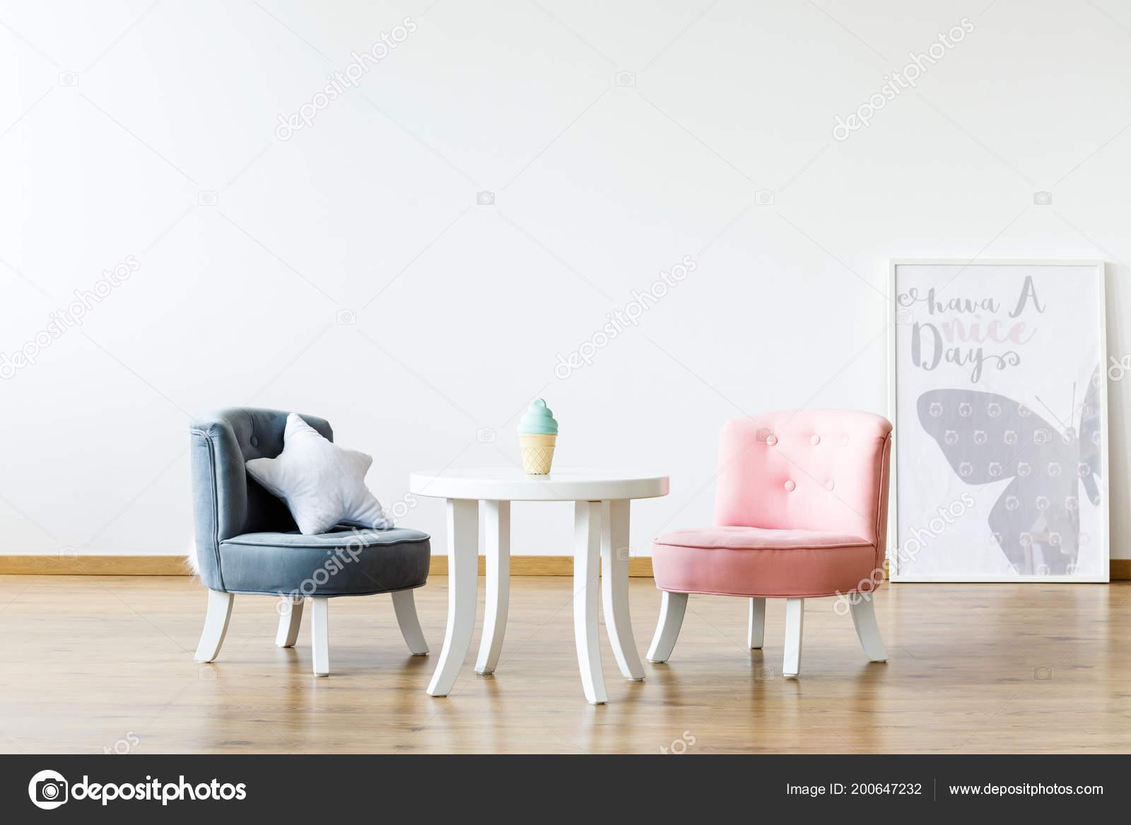 Sillas Pastel Mesa Blanca Interior Cuarto Niña Con Cartel Copia ...