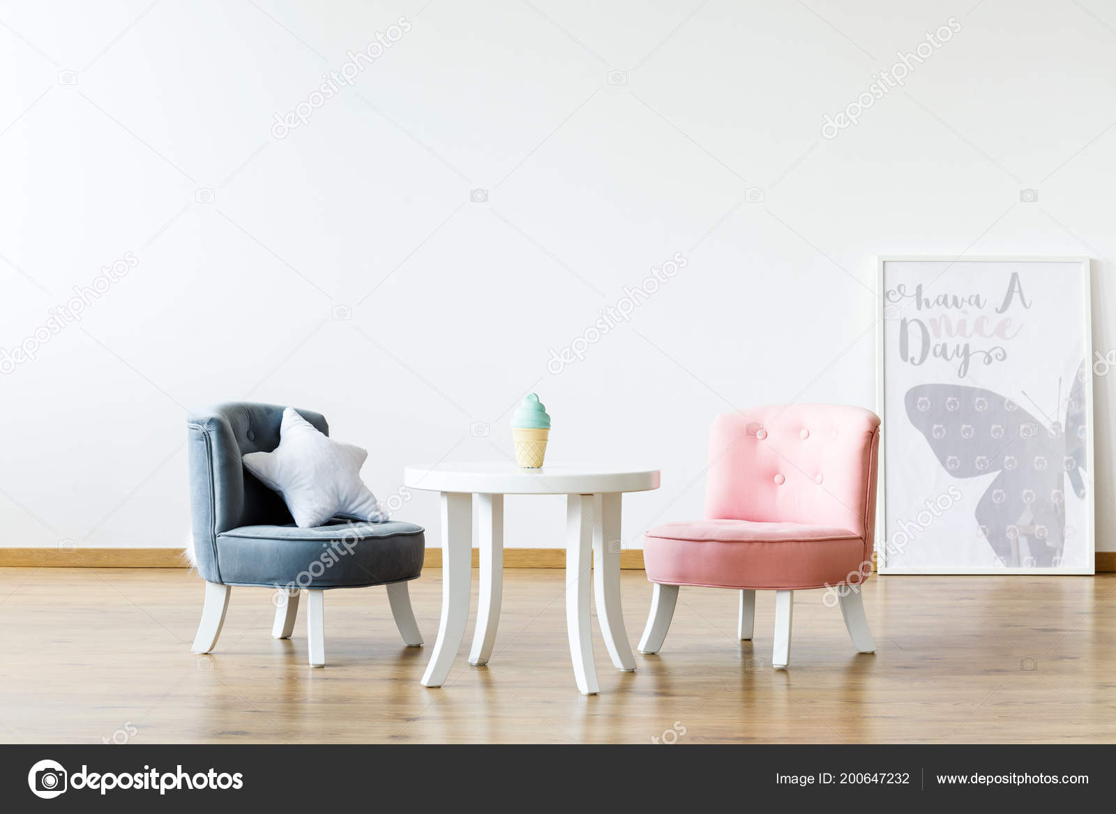 Pastel stoelen aan witte tafel meisje van kamer interieur met