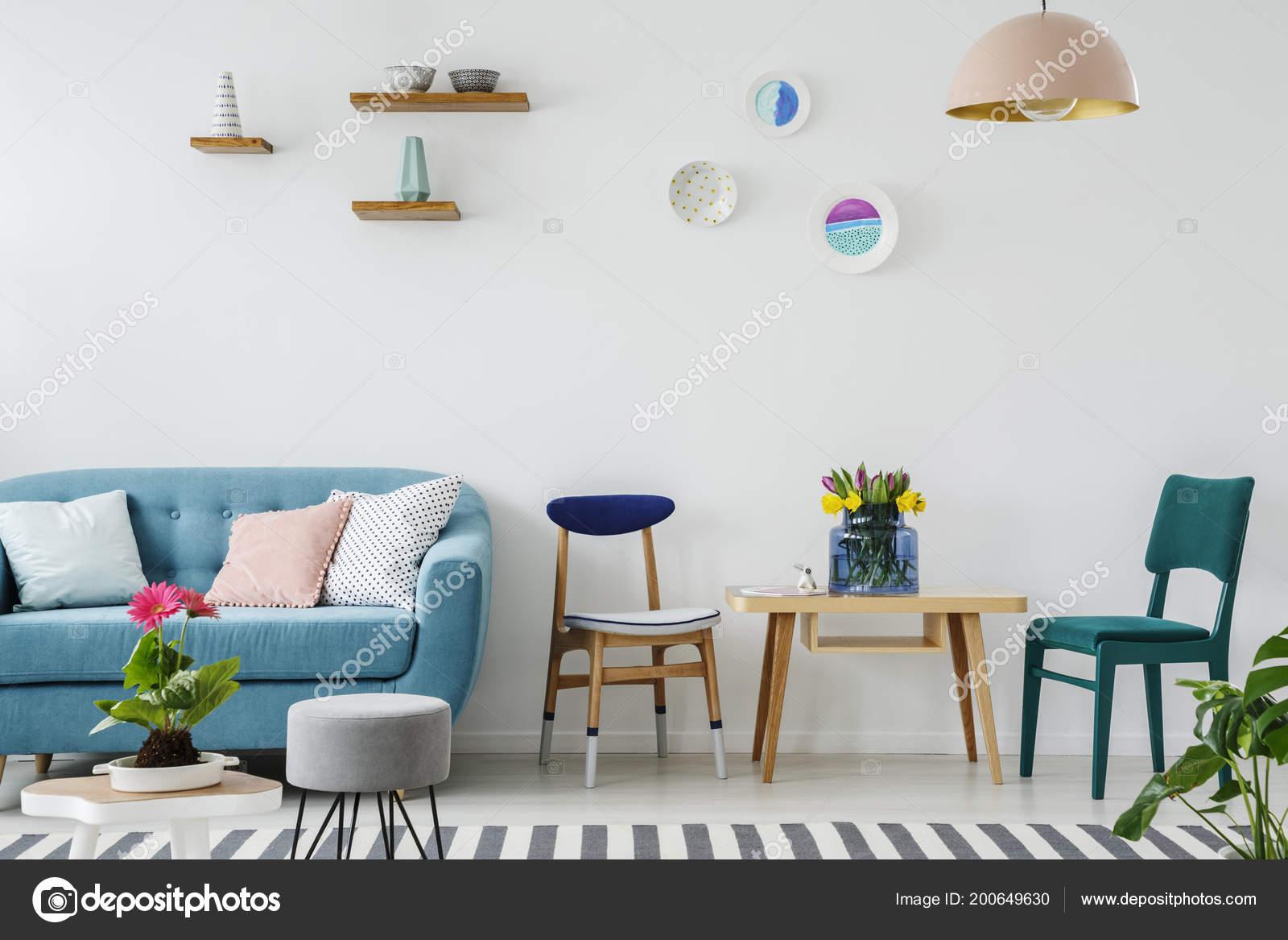 Mit Einem Blumen Blaue Hölzernen Neben Tisch Couch Stuhl Den 2IDH9eWYE