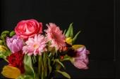 Detail na barevné květiny proti černému pozadí. Den matek kytice koncept