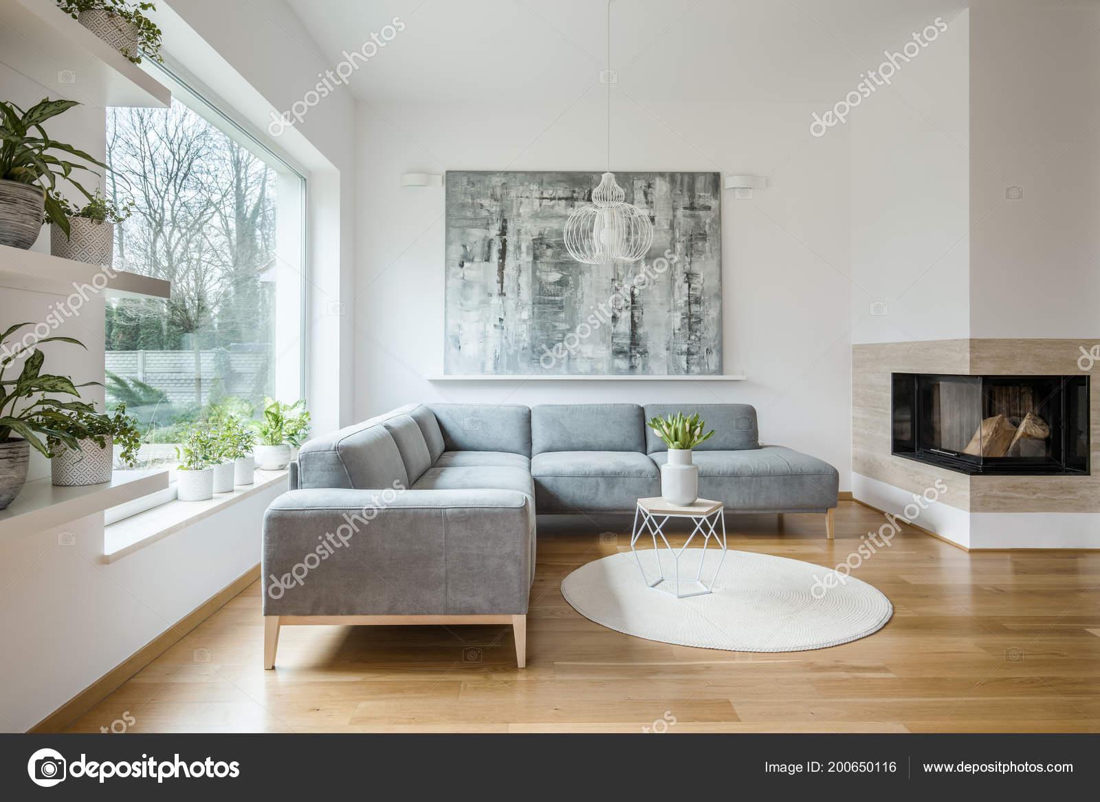 Ruime wit woonkamer interieur met grijs hoek bank grote moderne