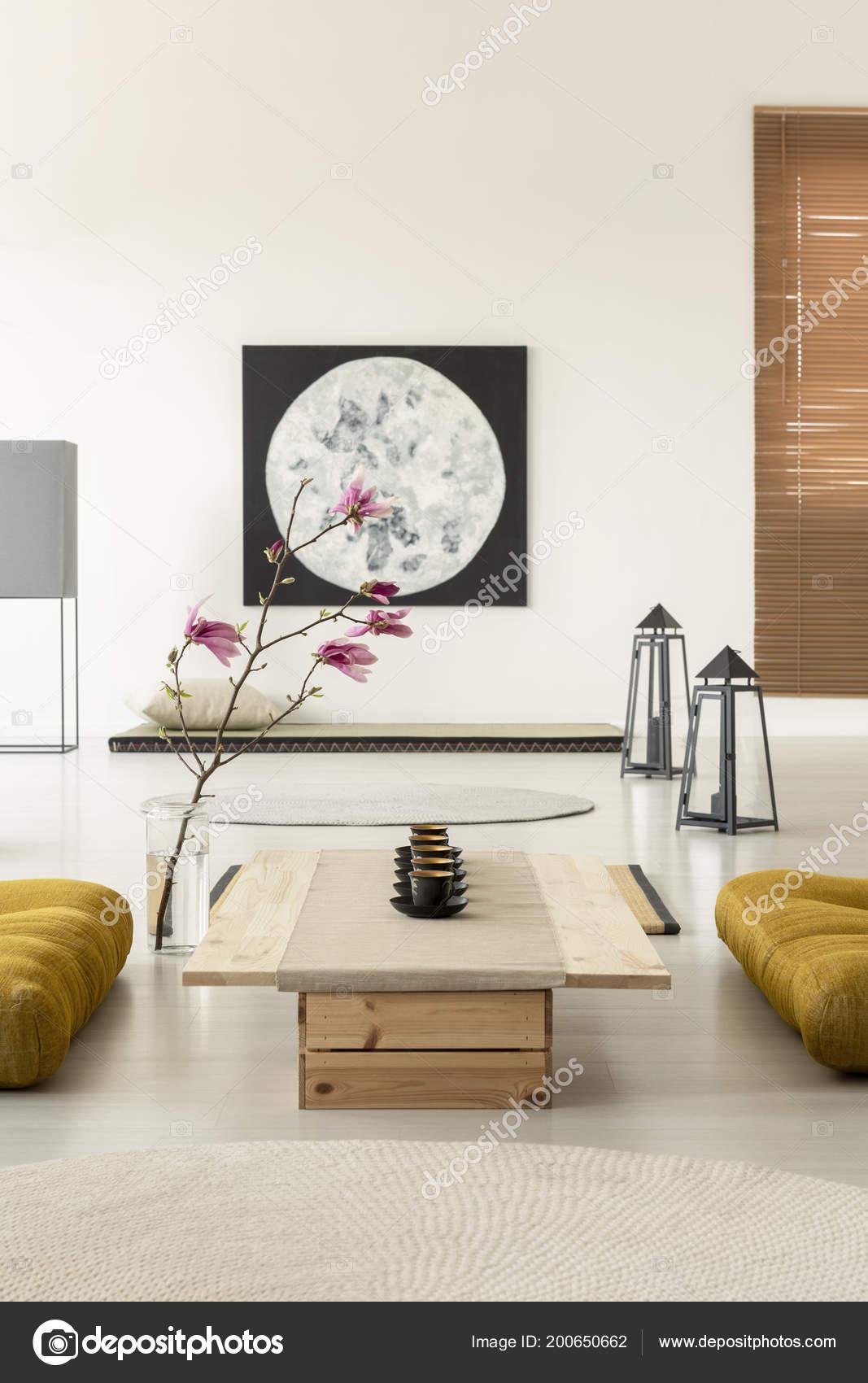 echte foto van een heldere oosters interieur met een rij stockfoto