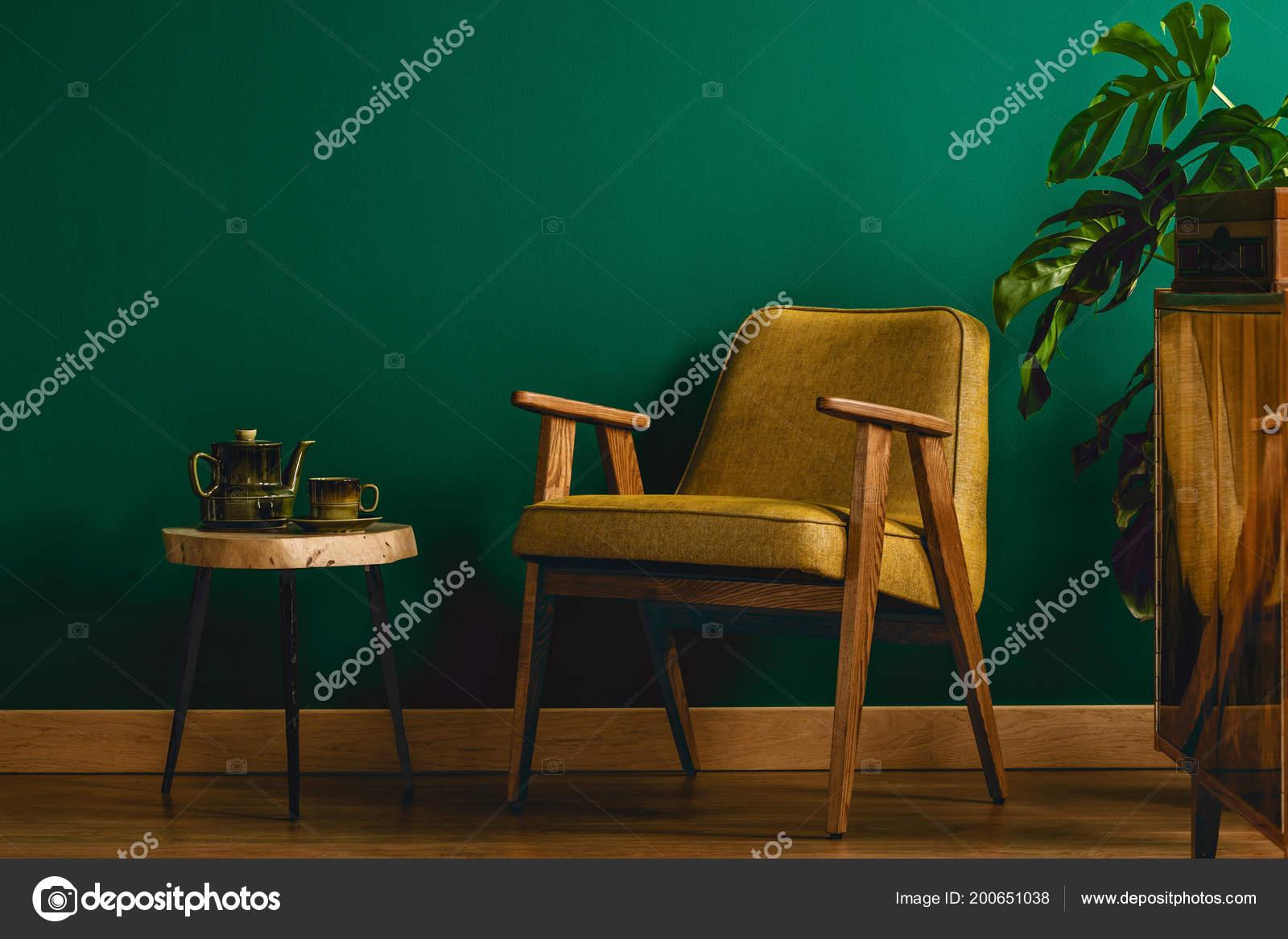 Sedia gialla interno stanza dell annata con parete verde sgabello