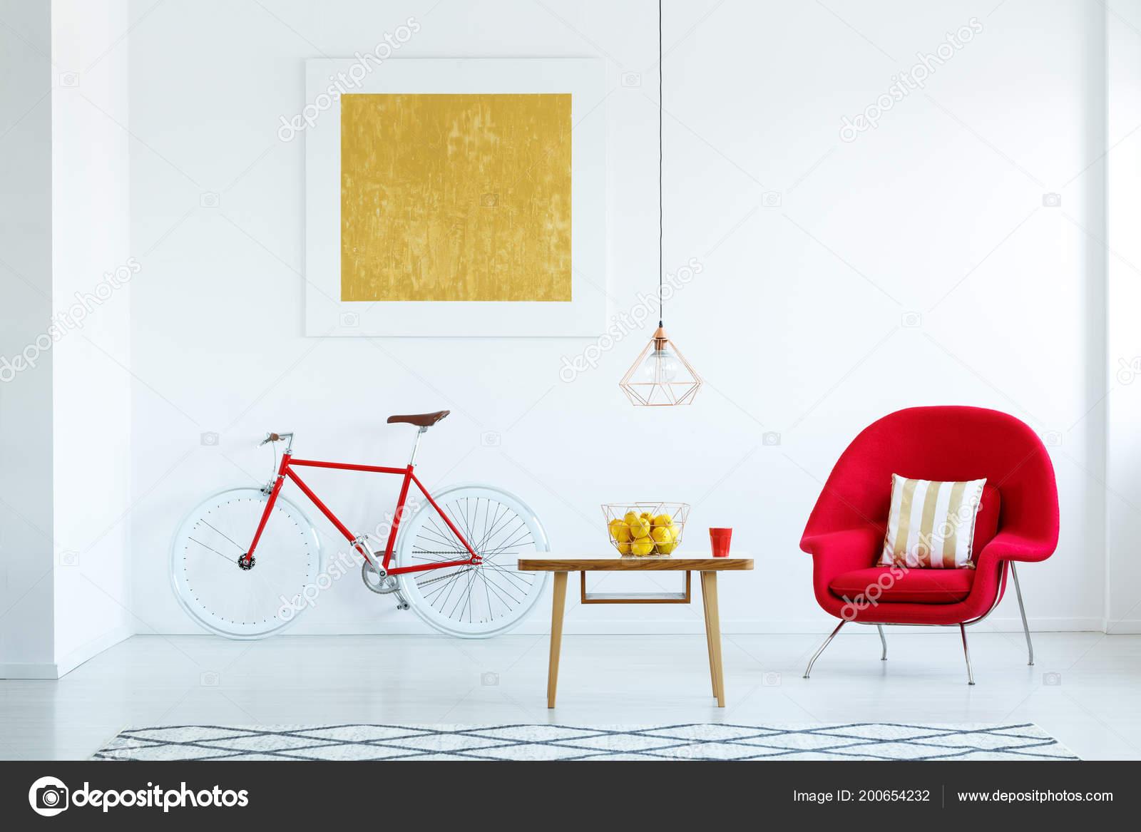 Photo Réelle Salon Lumineux Intérieur Fauteuil Rouge Table