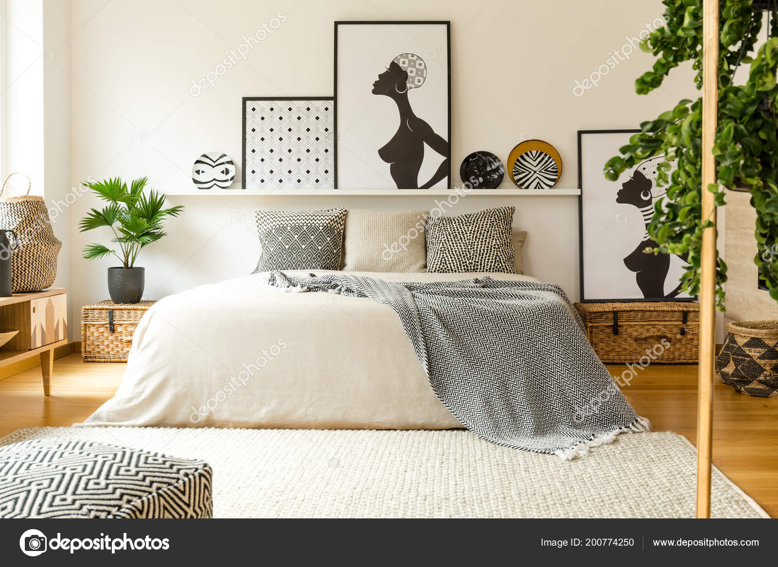 Posters patroon platen boven bed scandi slaapkamer interieur met