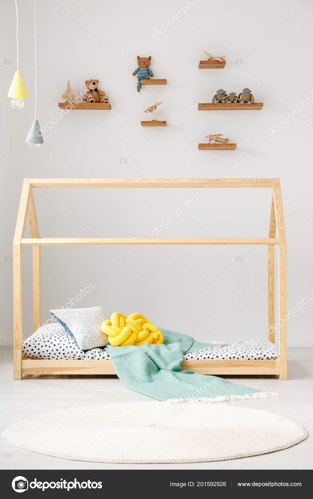 Huis Bed Peuter.Kind Speelgoed Planken Een Witte Muur Een Houten Huis Bed