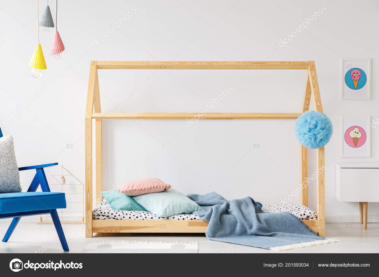 3f14866b5d4 Ξύλινο Diy Κρεβάτι Μοντέρνο Παιδικό Υπνοδωμάτιο Εσωτερικό Μπλε Πολυθρόνα  Και — Φωτογραφία Αρχείου