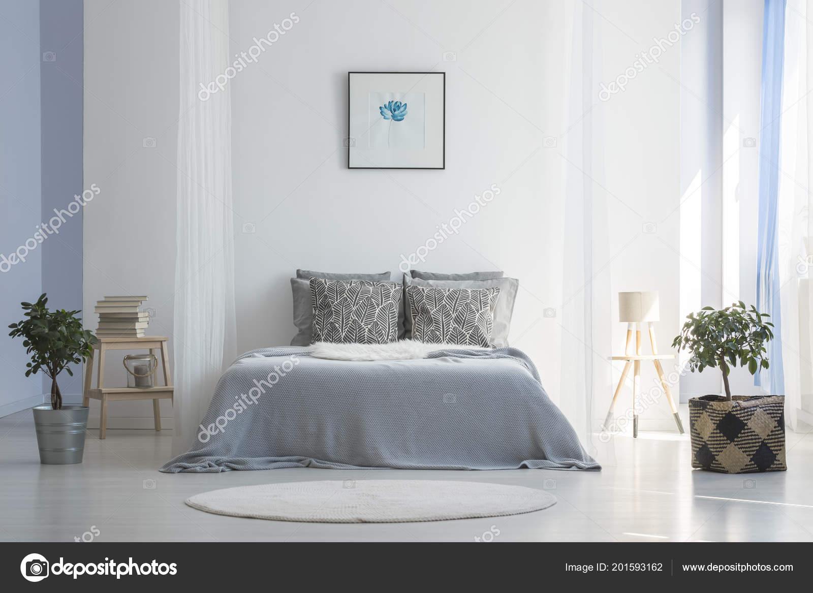 Graue Bett Zwischen Pflanzen Weiße Einfache Schlafzimmer ...