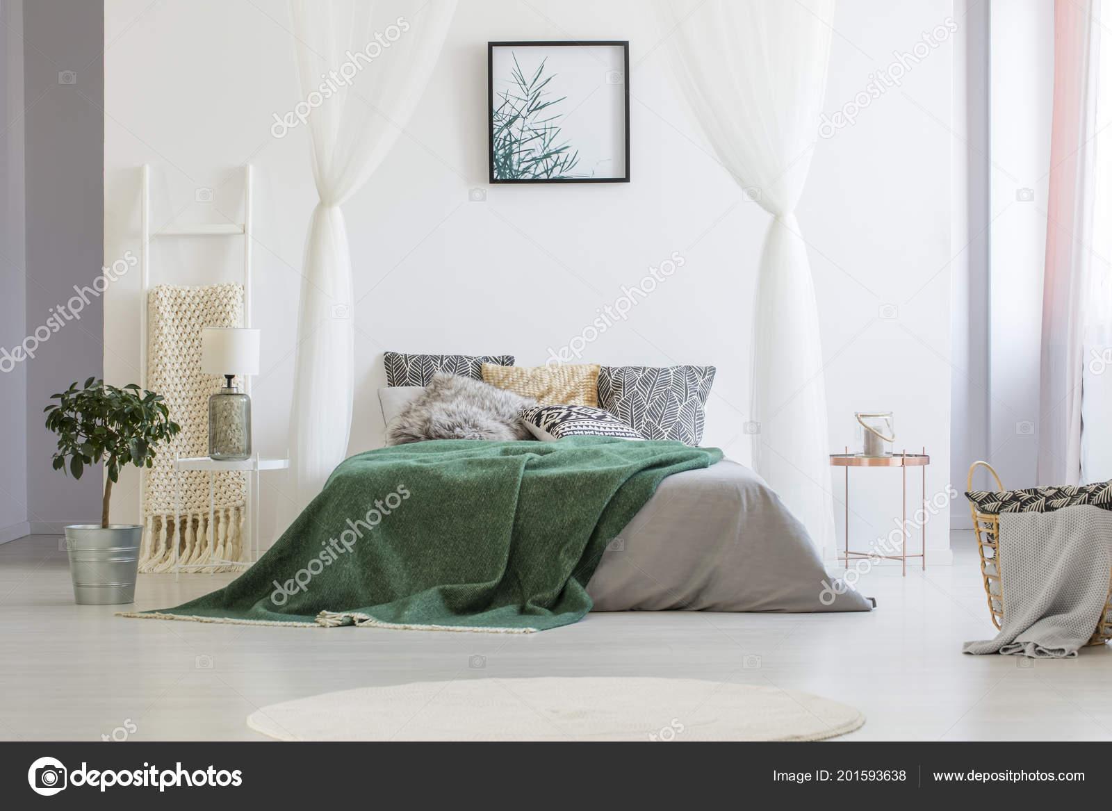 Grüne Decke Auf Doppel Bett Mit Vielen Kissen Und Graue — Stockfoto ...