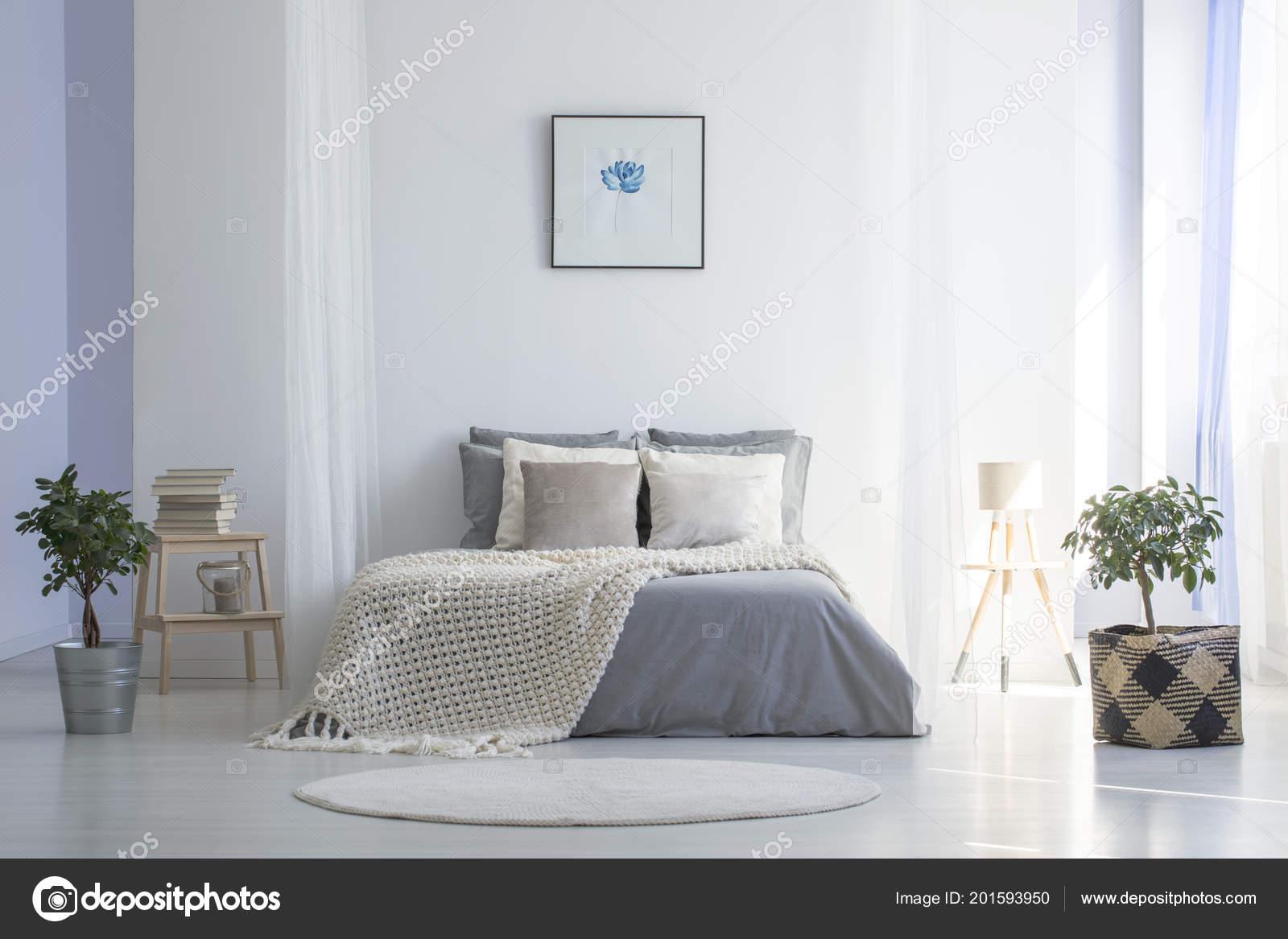 Slaapkamer Interieur Grijs : Ronde rug voor grijs bed met deken minimale slaapkamer interieur