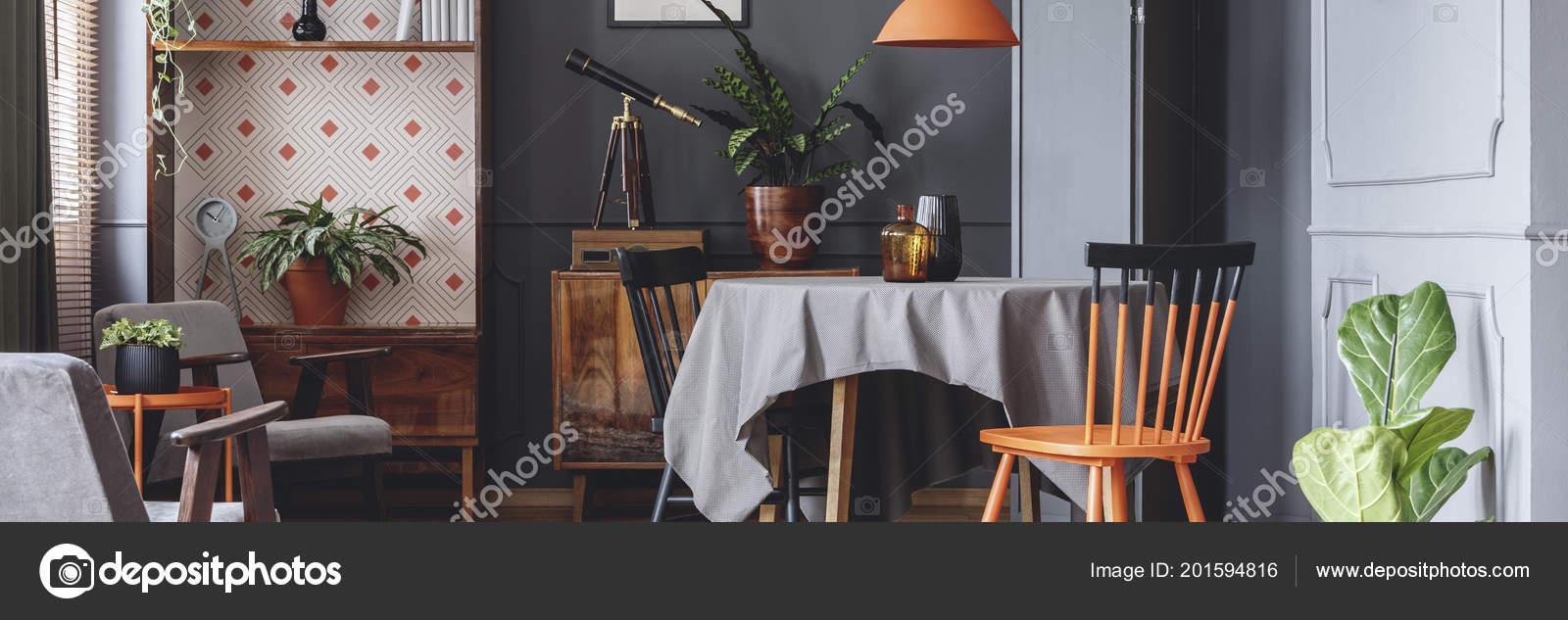 Interior Comedor Gris Oscuro Con Armarios Retros Plantas Frescas ...