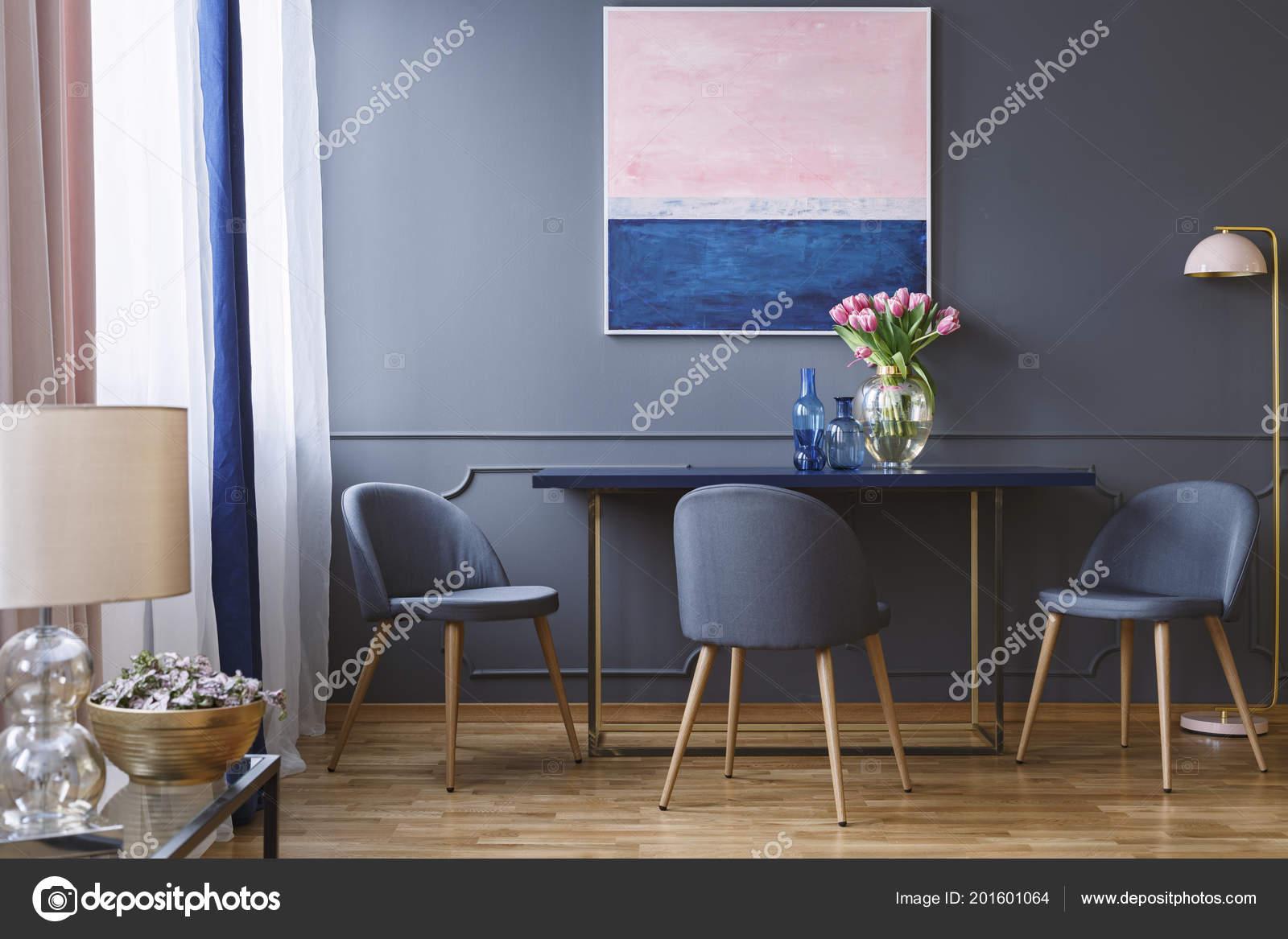 Rosa Flores Sobre Mesa Comedor Interior Con Pinturas Gris Sillas ...