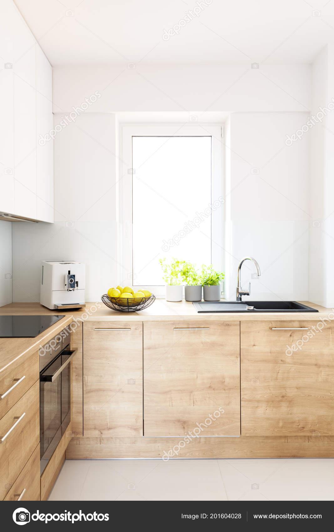 Fenster Schränke Minimale Hell Mit Küche Hölzerne Innen Weiße Echtes N0wvm8nyOP