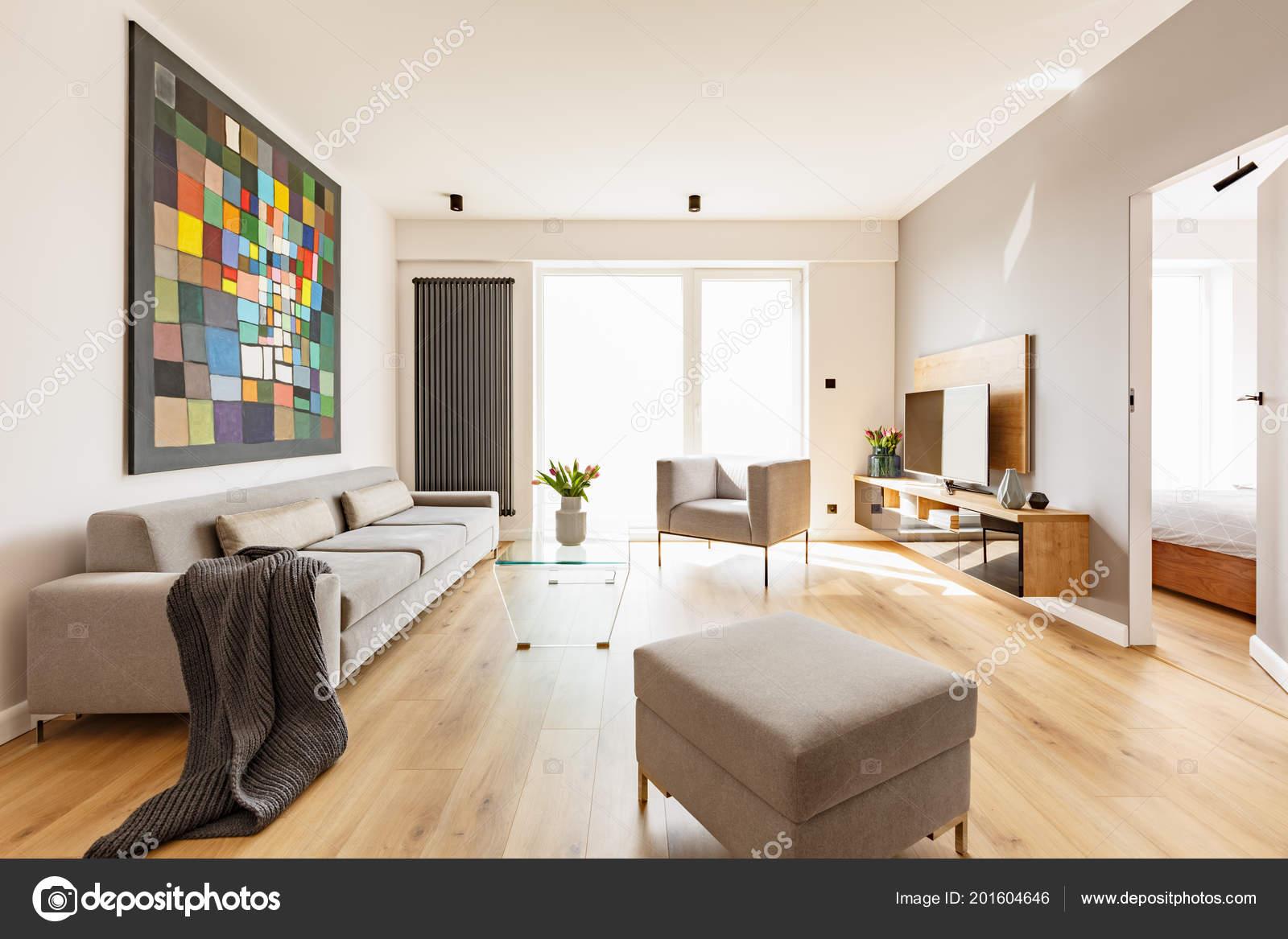 Decke Auf Graue Couch Im Wohnzimmer Interieur Mit Hocker Und Malerei.  Echtes Foto U2014 Foto Von Photographee.eu