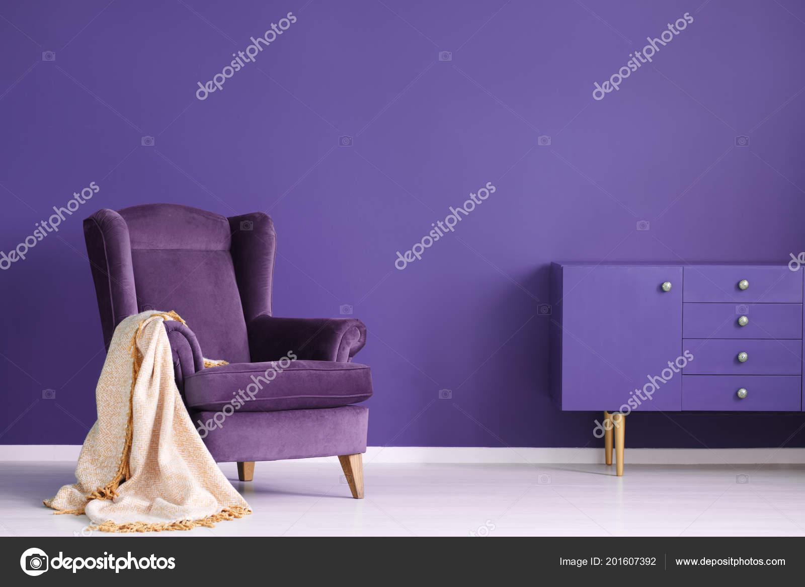 Pareti Viola E Lilla : Poltrona vintage coperta beige gabinetto impostato una parete