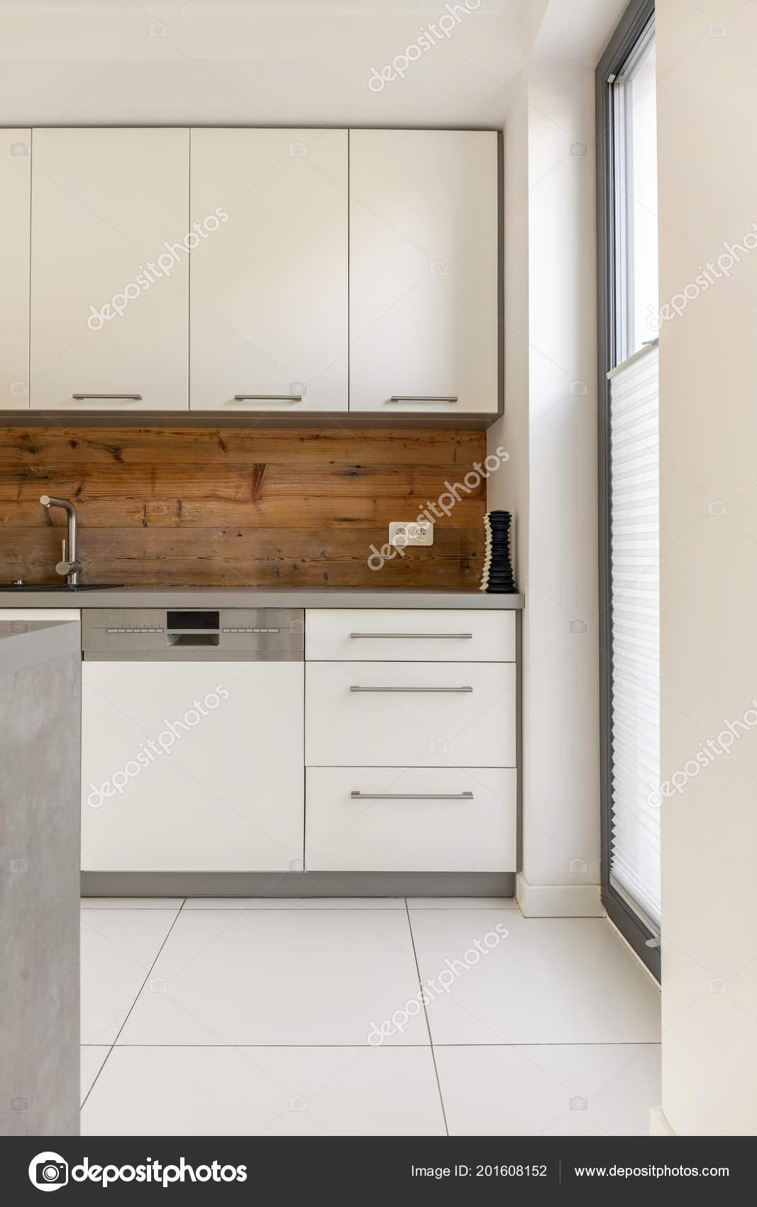 Foto Reale Interno Elegante Bianco Cucina Con Pannelli Legno Armadi ...