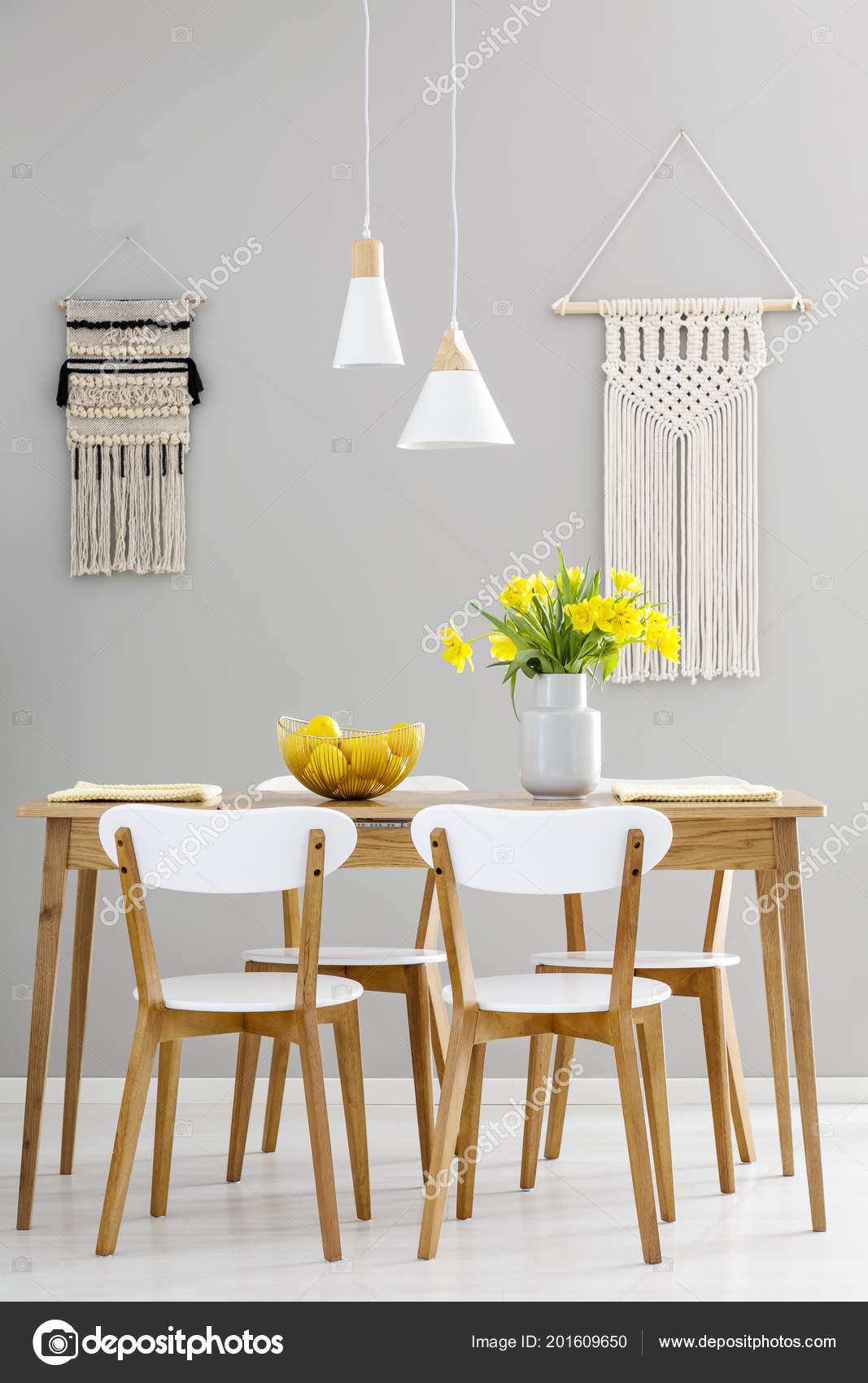 Houten Tafel Met Witte Stoelen.Witte Stoelen Aan Houten Tafel Met Gele Bloemen Grijs