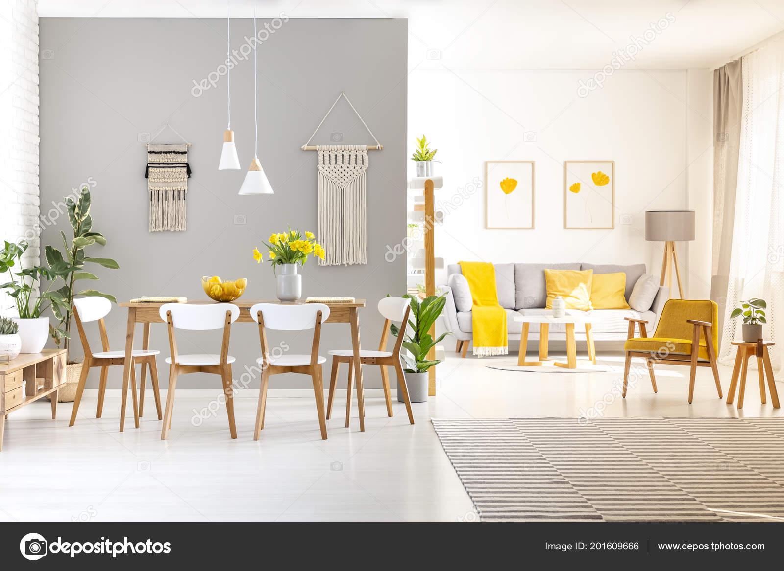 Houten Witte Stoelen.Witte Stoelen Houten Eettafel Helder Appartement Interieur Met Gele