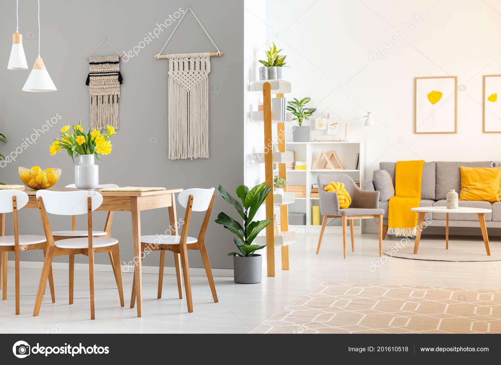 Photo Réelle Intérieur Spacieux Maison Avec Table Bois Chaises