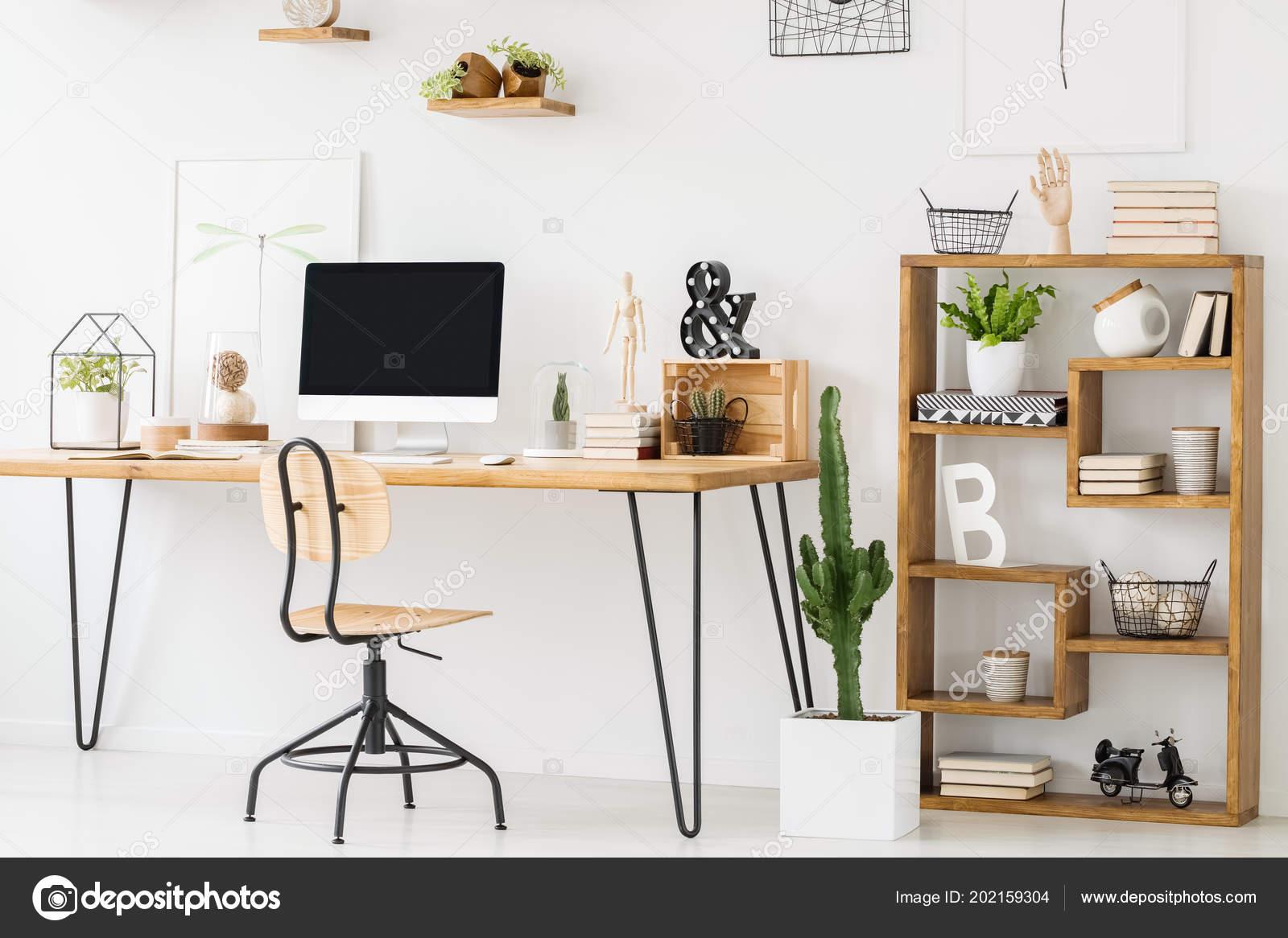 Photo réelle bureau bois avec ordinateur permanent chaise côté une
