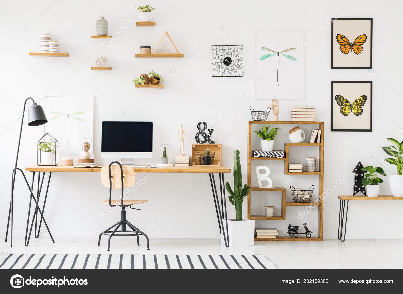Intérieur bureau maison moderne avec bureau bois chaise Étagères
